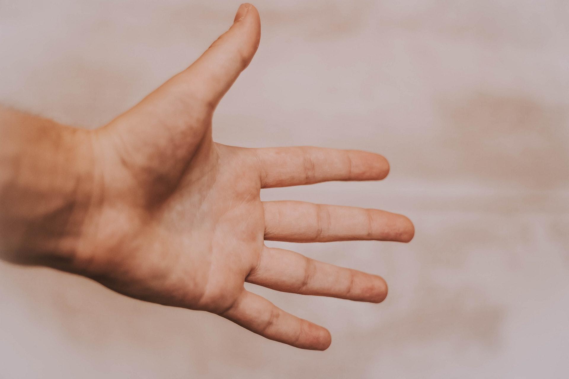 人的雙手其實分佈了不少重要經脈、穴位,適當地按壓或熱敷可以養生。(Mat Reding/unsplash)