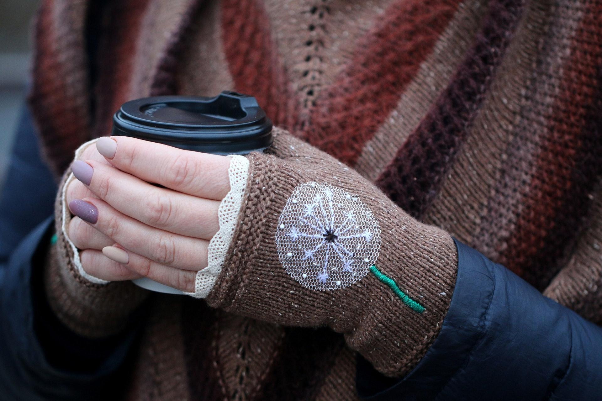 許多人雙手一到冬天就像「雪條」般冰凍,適當的穴位治療就有助改善這情況。(Valeriy Borzov/unsplash)