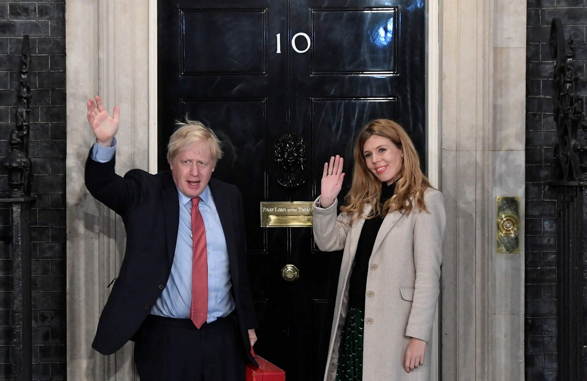英國大選翌日清早,保守黨領袖約翰遜偕女友回到唐寧街首相官邸。(路透社)