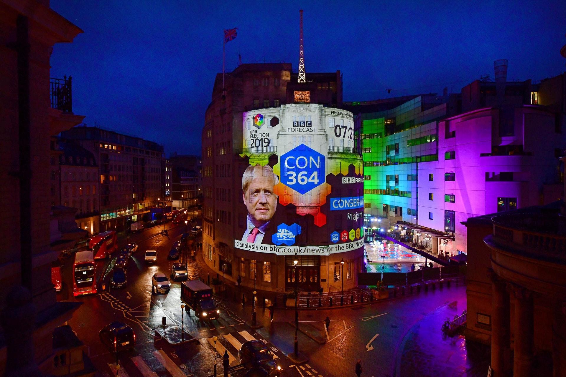 12月13日倫敦電視中心大型屏幕顯示保守黨大勝,首相約翰遜得到更大授權落實脫歐。(路透社)