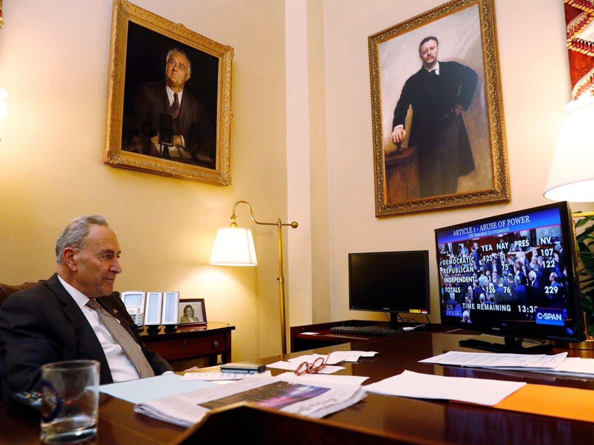 12月18日,佩洛西的政治盟友、參議院少數黨領袖舒默在他的參議院辦公室觀看眾議院彈劾投票實況。(AP)