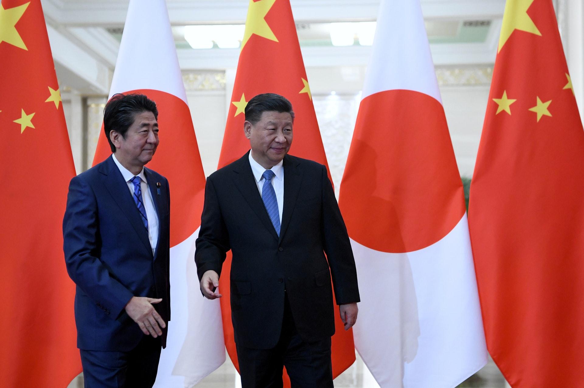 中國國家主席習近平在北京人民大會堂接見5訪的日本首相安倍晉三。(Reuters)