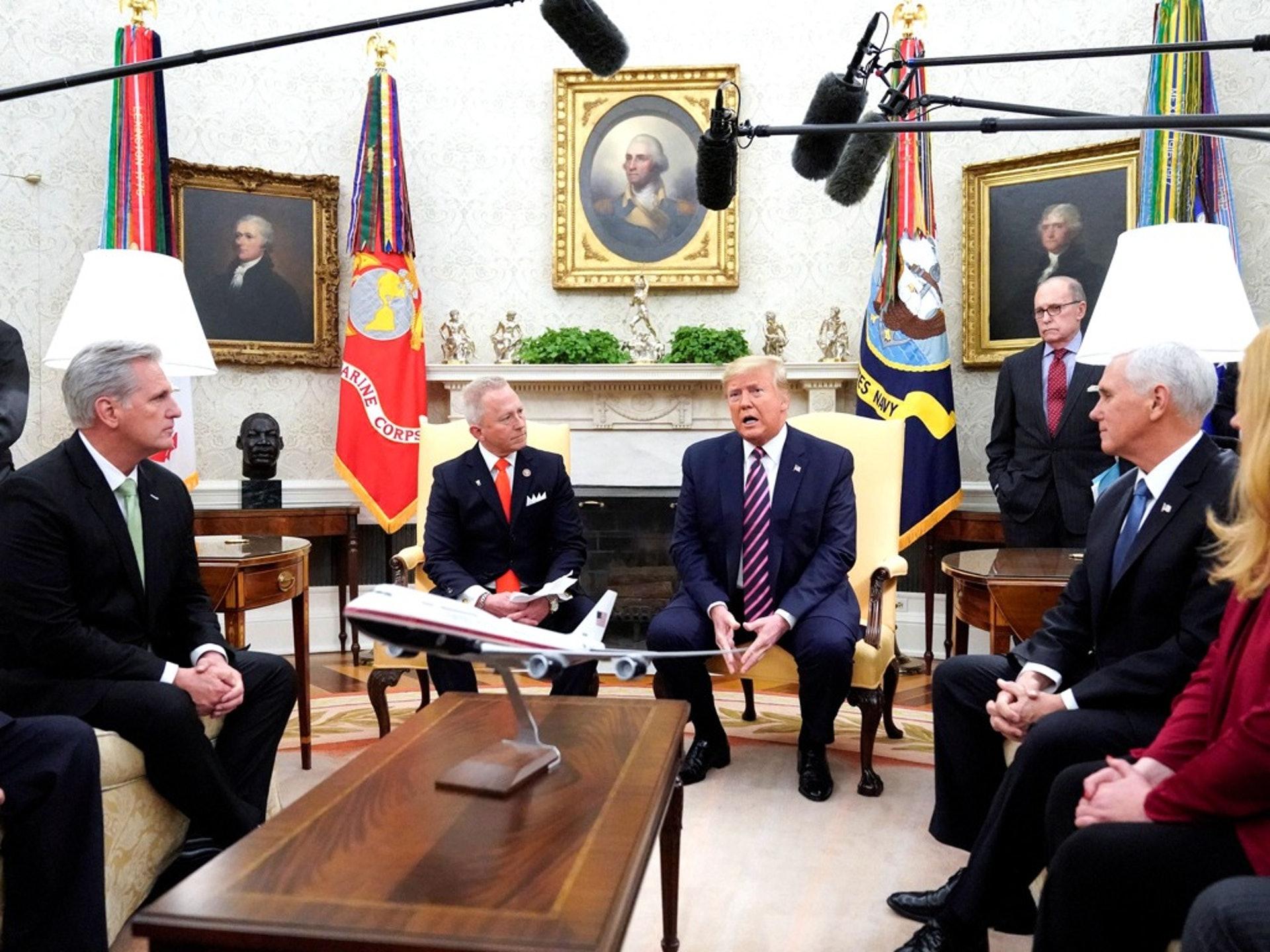 12月19日,特朗普在白宮高調接待眾議員範德魯(左二)。範德魯因反對民主黨彈劾特朗普總統而換黨,加入了共和黨。(Reuters)
