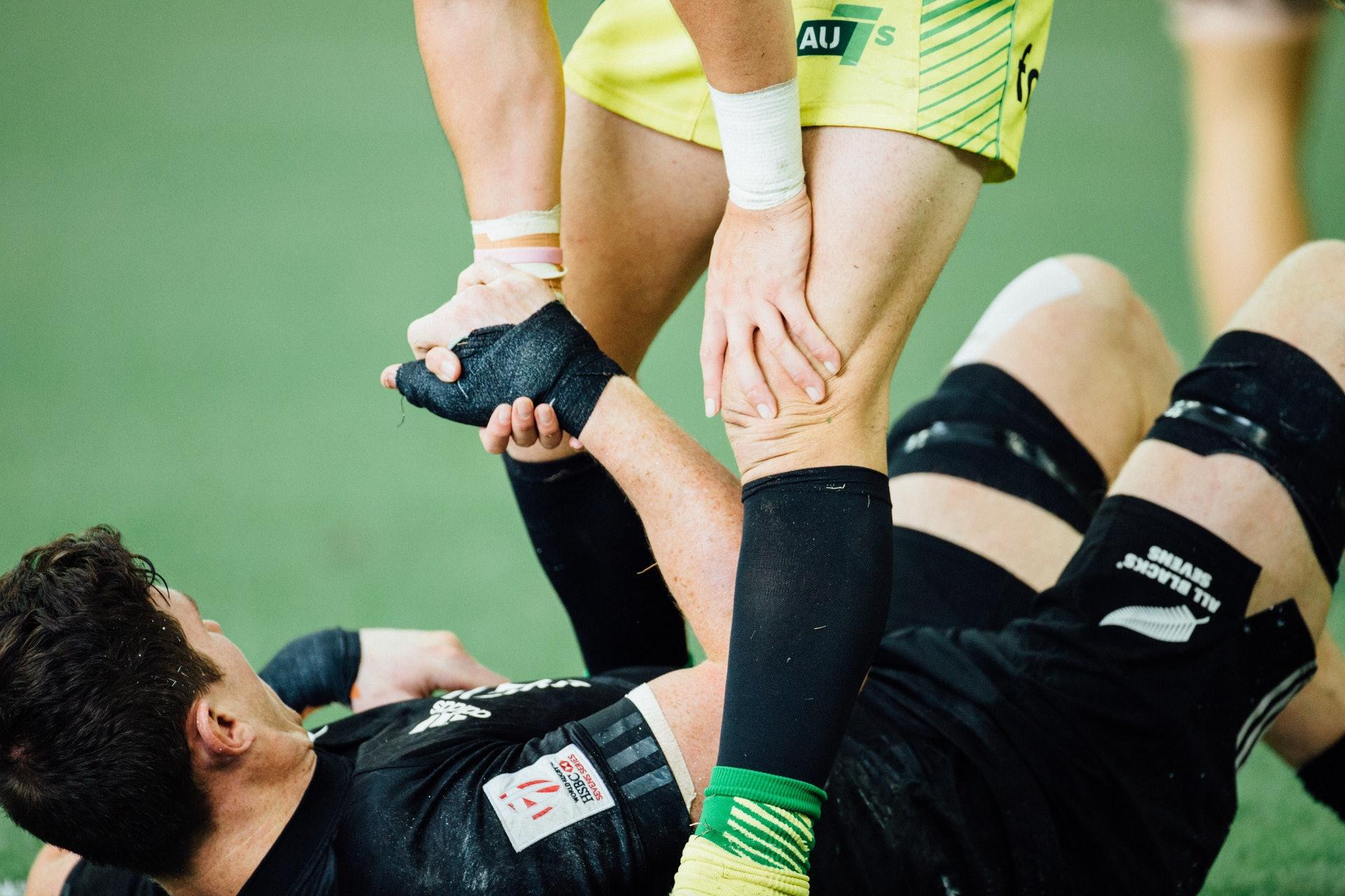 不少運動都涉及身體碰撞,受傷在所難免,因此運動愛好者應掌握傷後護理的基本知識。(Hanson Lu/unsplash)