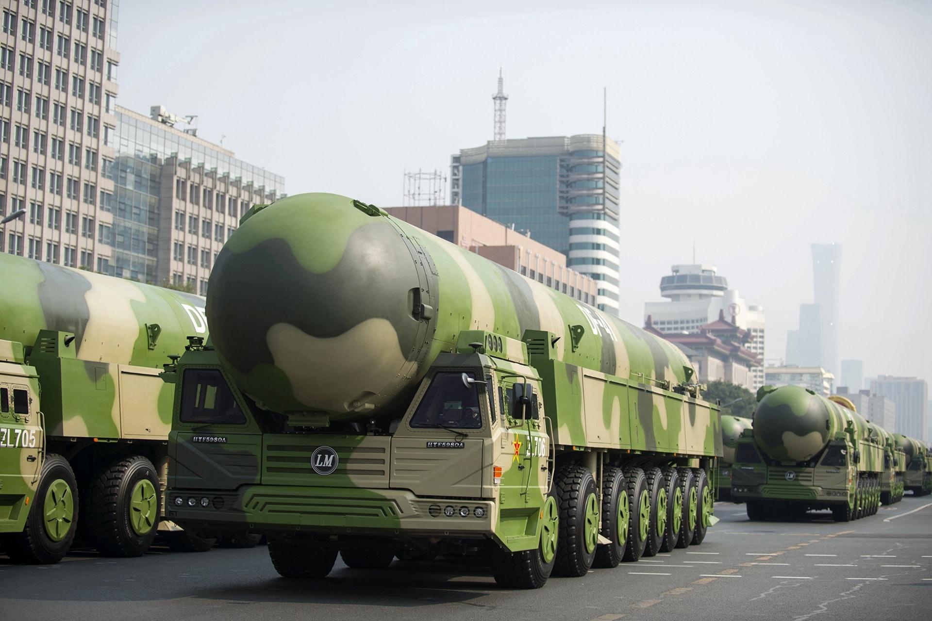 中共建政70周年,北京展示强大军力。图为2019年10月1日阅兵上展示的东风-41洲际核导弹。(新华社)