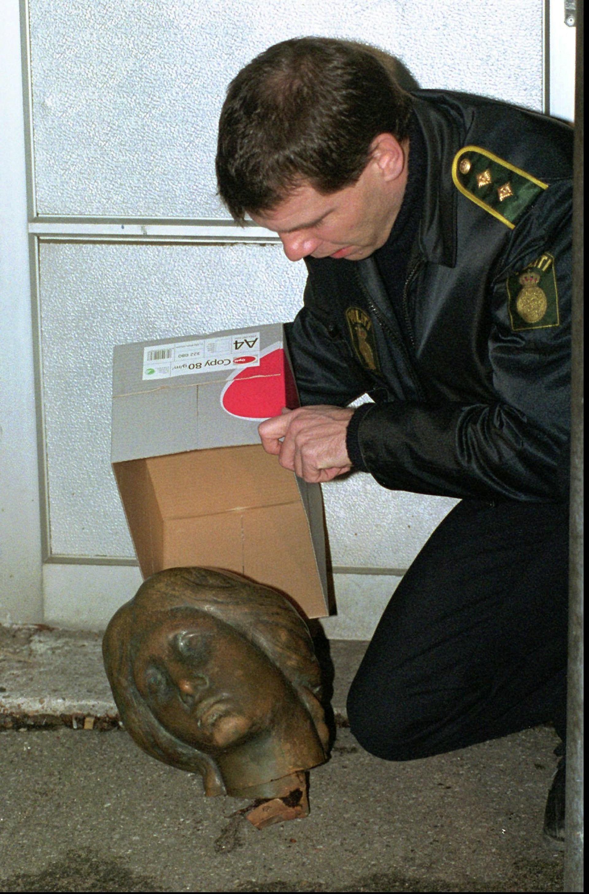 丹麦美人鱼雕像:美人鱼1998年被女权主义者斩头,几日后有人将她的头归还当局。 (AP)