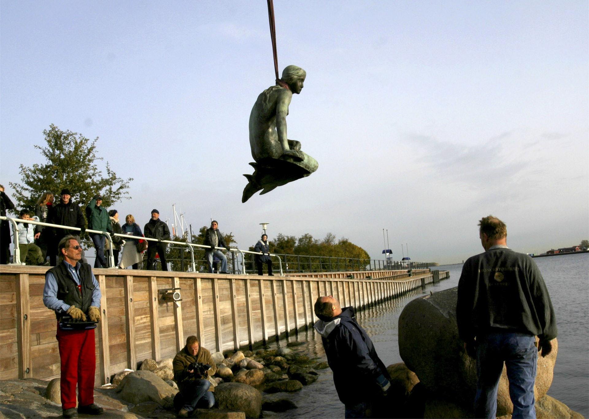 丹麦美人鱼雕像:美人鱼2003年被推落海,当局及后海中发现她,并将她放回原处。 (AP)