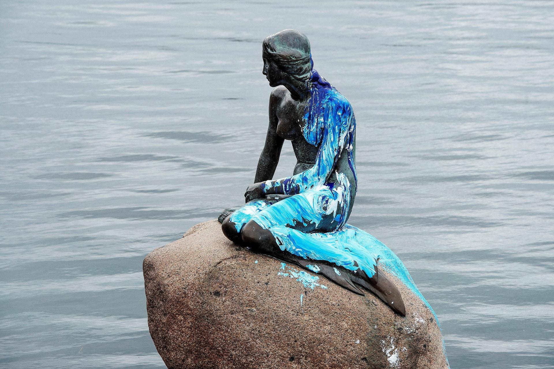 丹麦美人鱼雕像:美人鱼2017年6月被人泼上蓝色及白色油漆。 (Reuters)