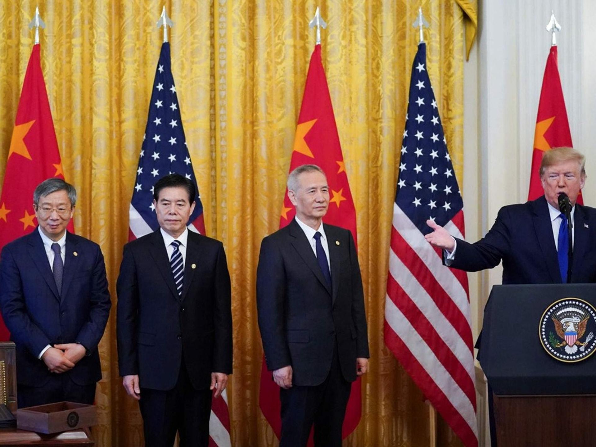 中美貿易戰因為第一階段協議在2020年1月15日迎來轉折點,美國總統特朗普(右一)和中國國務院副總理劉鶴當天在白宮共同出席了簽署協議的儀式。一時間,全球輿論就為之騷然。(路透社)