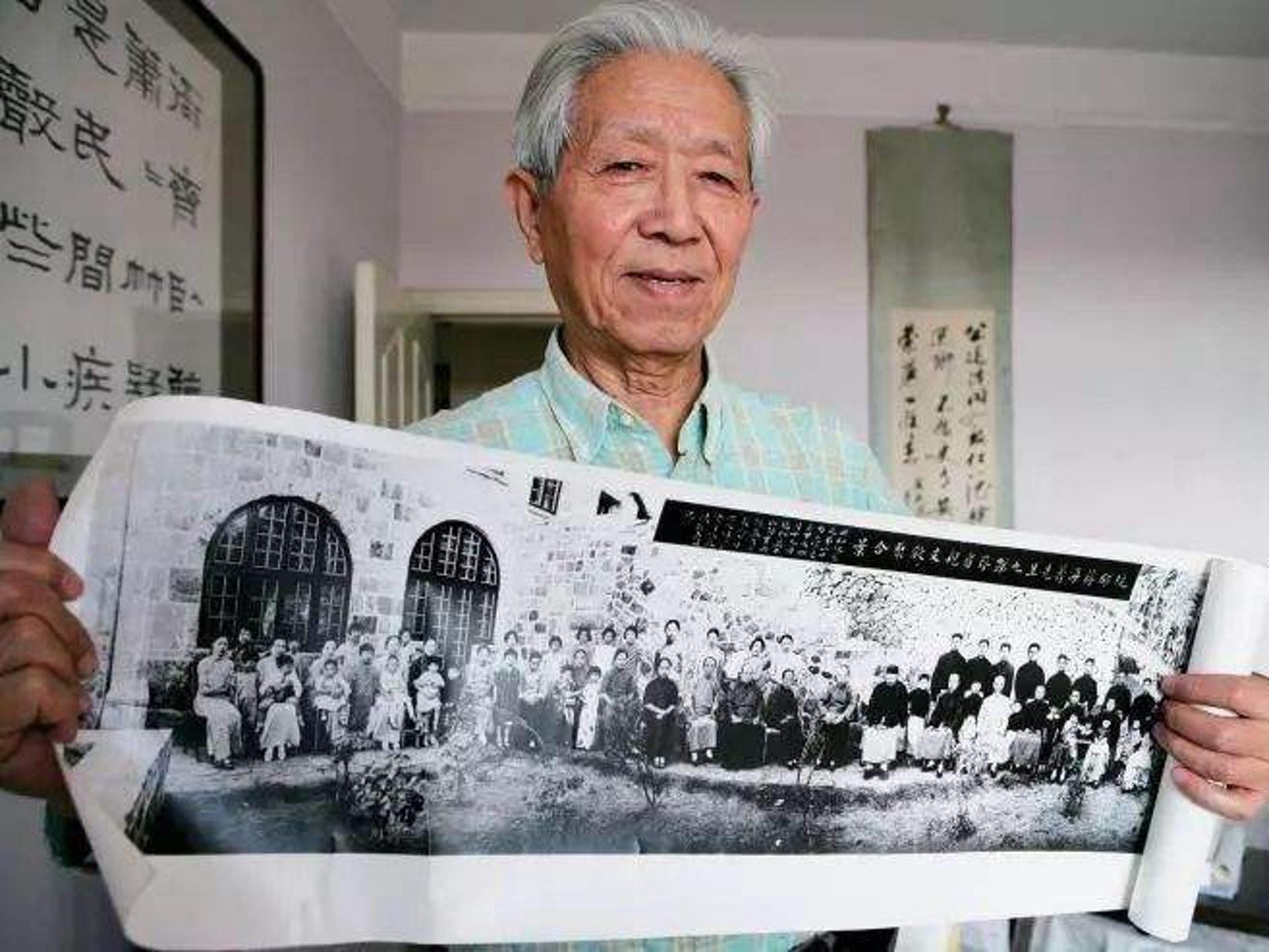 抗SARS英雄蒋彦永医师在展示他家五代同堂共76人的珍贵合影。(Sohu)