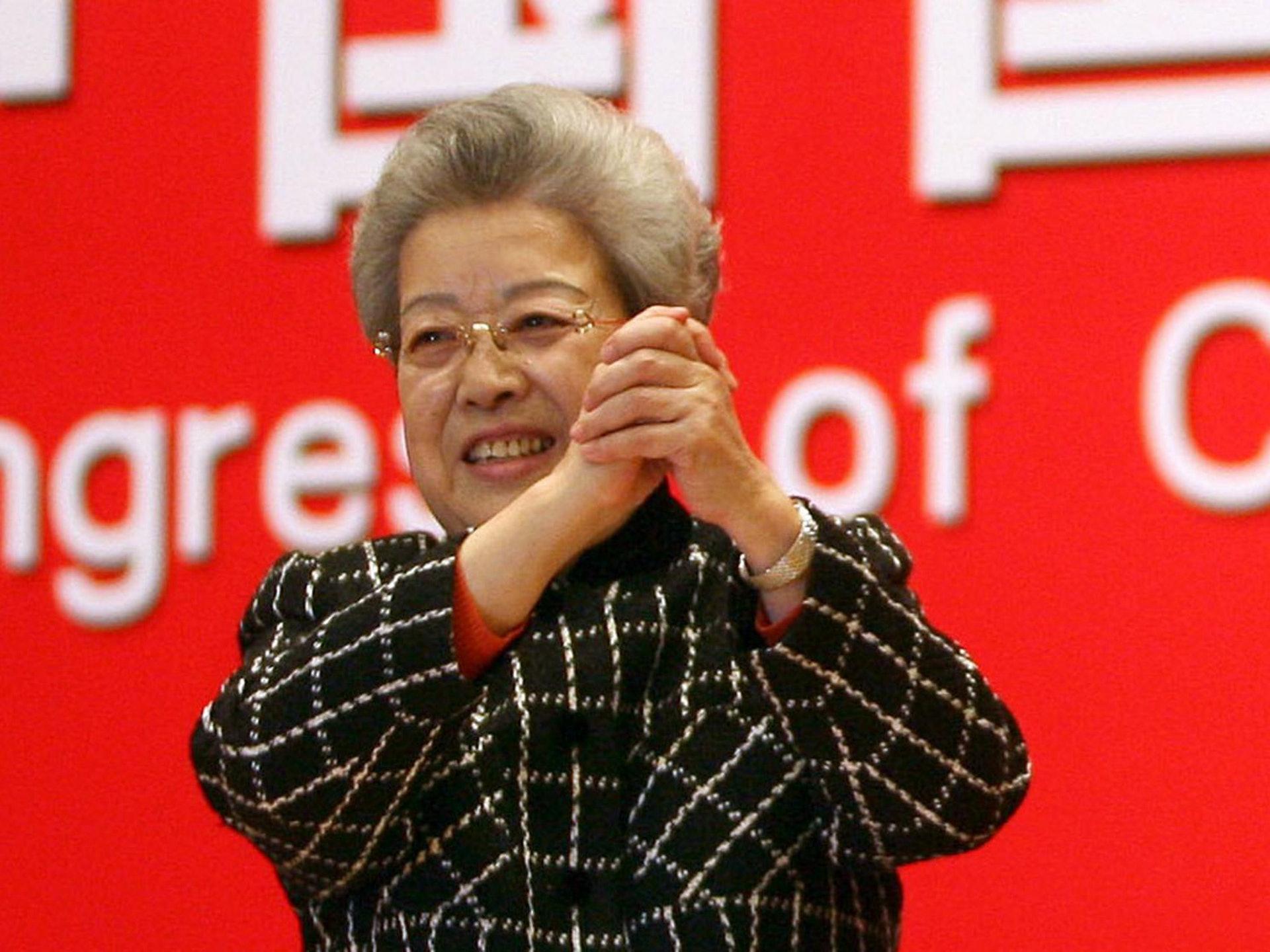中国非典疫情爆发后,吴仪以副总理身份兼任卫生部长。图为2007年12月,吴仪在北京出席一次会议时表示,次年将完全退休。(VCG)