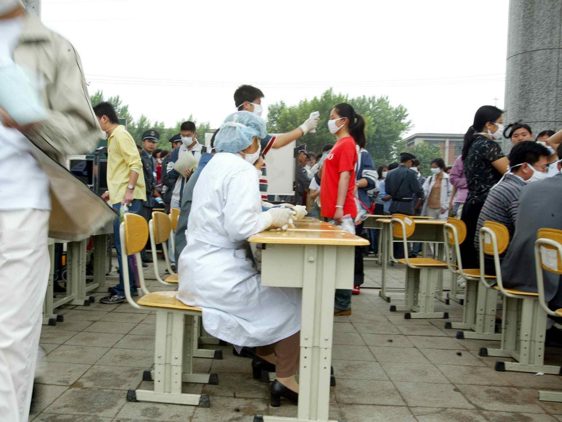 2003年6月7日,中国东北最大城市沈阳,非典时期的露天高考考场。(VCG)