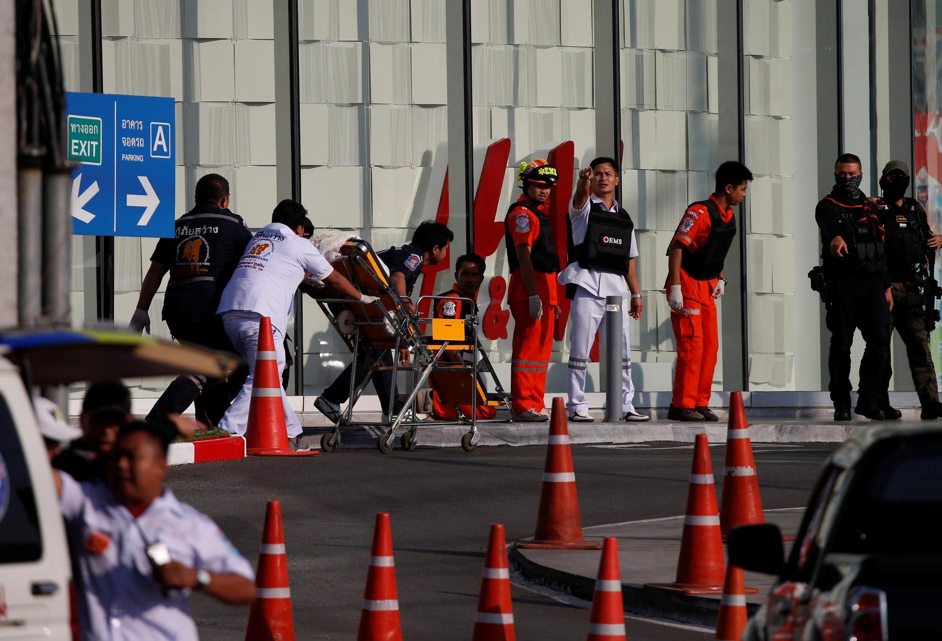 对峙十多小时后 泰国枪手商场内被警方击毙(图)