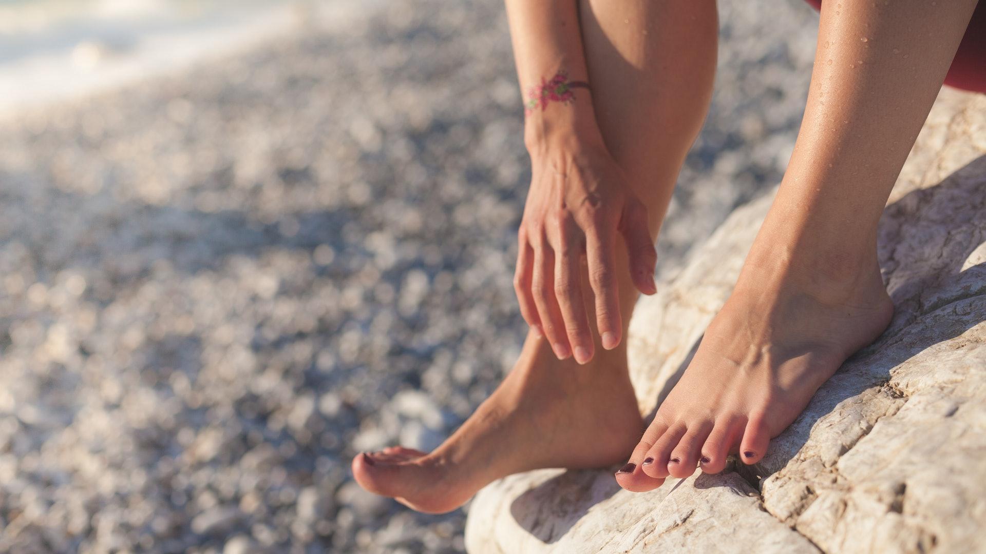腳氣又稱為香港腳,屬於可傳染的皮膚病,尤其在潮濕天氣容易發作。(Jan Romero/unsplash)