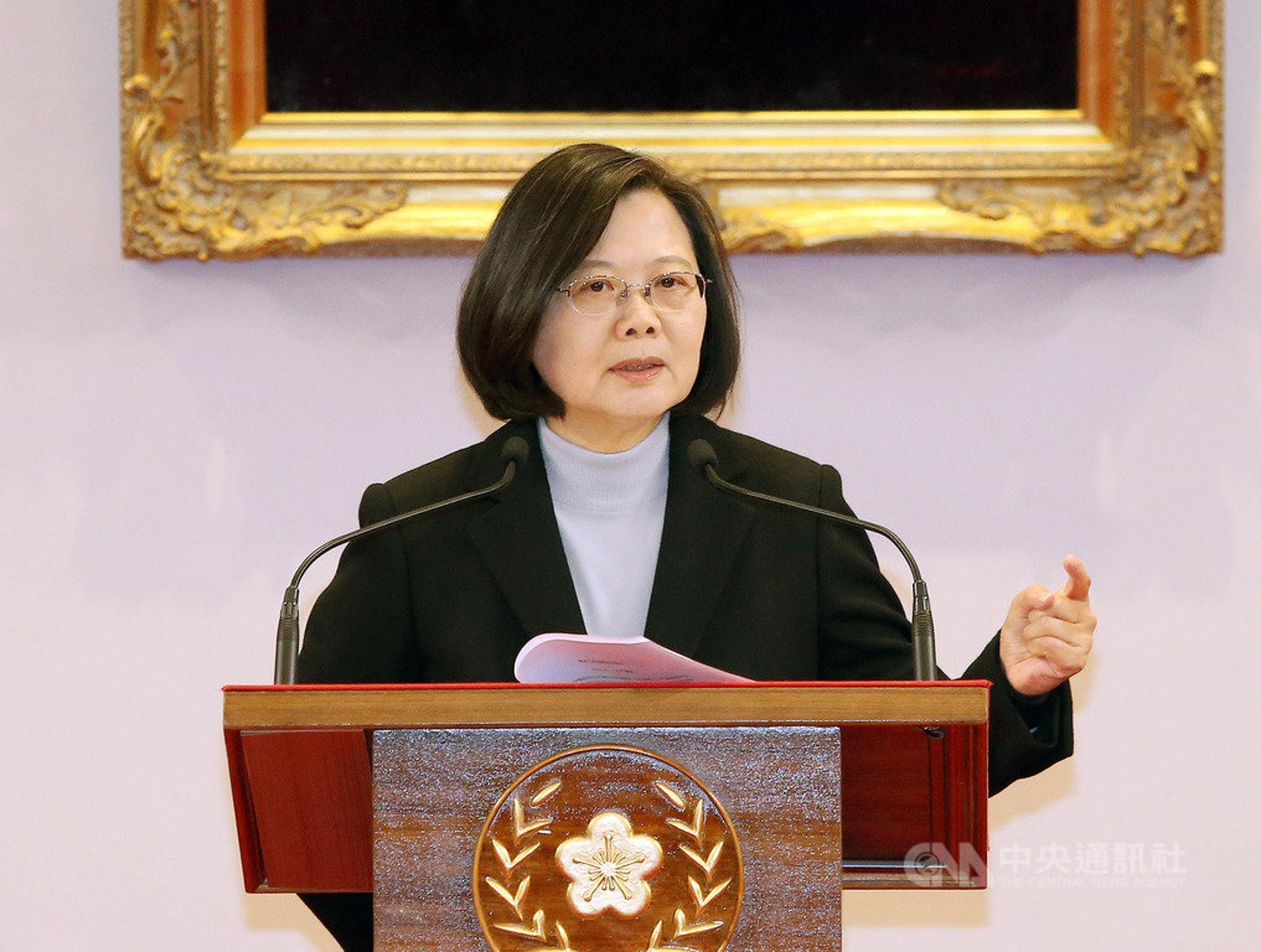 蔡英文后为求连任,再抛出「中华民国台湾」这一新名词,将中华民国和台湾融合一起,大体基调仍是「维持现状」。(中央社)