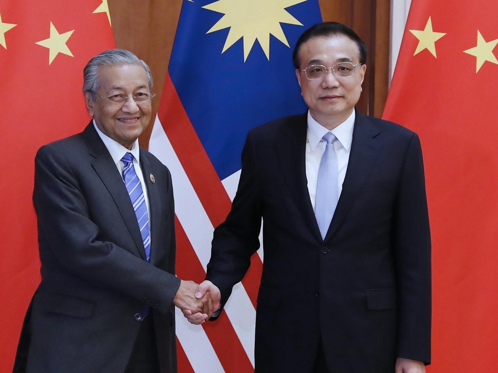 很多分析人士認為馬哈蒂爾(左)健康不佳,但出乎外界預料的是,這位耄耋之年的老人仍能精力十足地四處訪問,圖為他2019年訪華時會見中國總理李克強。(新華社)