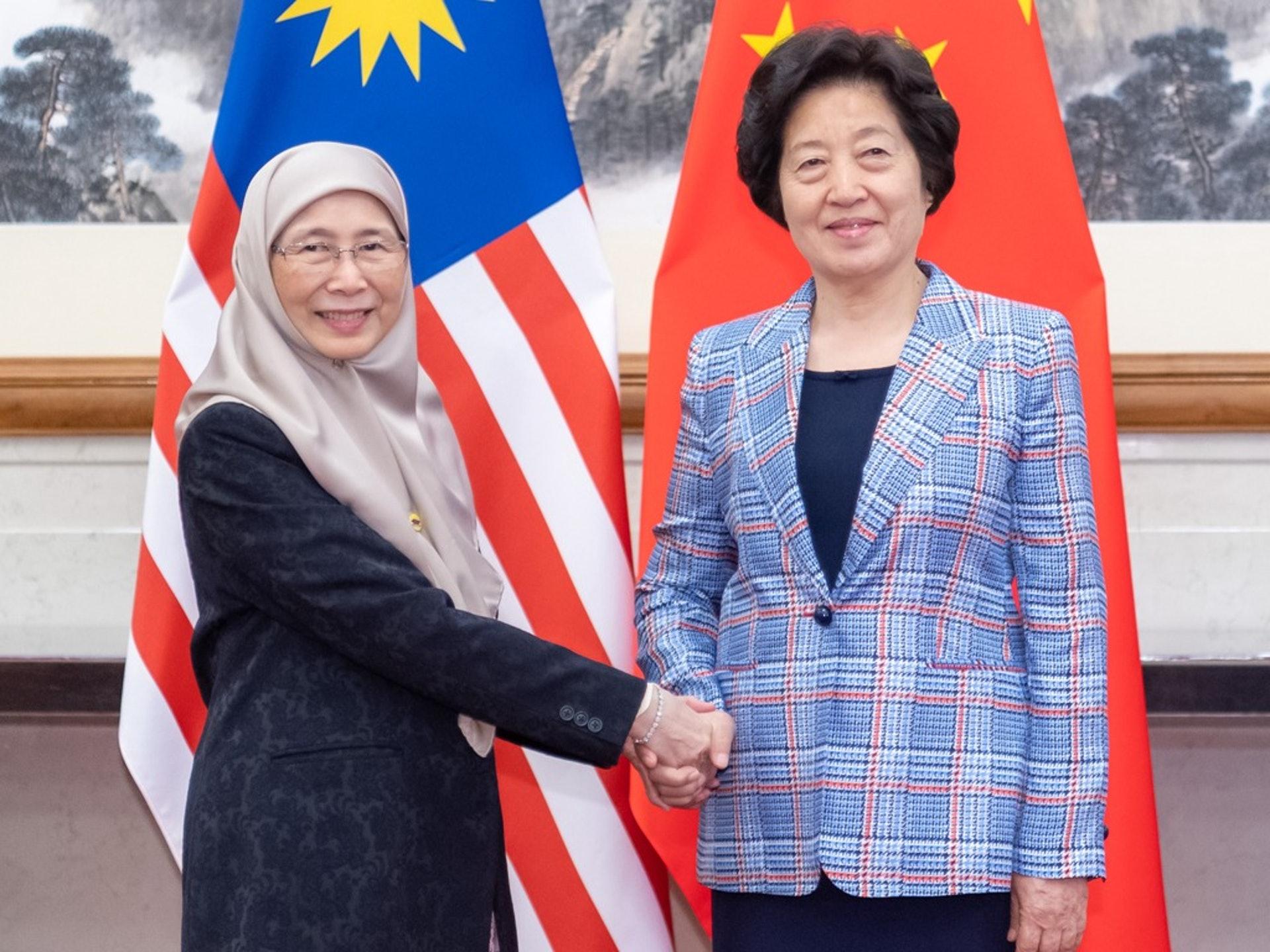 在馬哈蒂爾辭職不久,馬來西亞短暫迎接了一位女性首腦,即安華之妻,萬·阿齊扎(左),圖為她2019年訪華時會見中國副總理孫春蘭。(新華社)