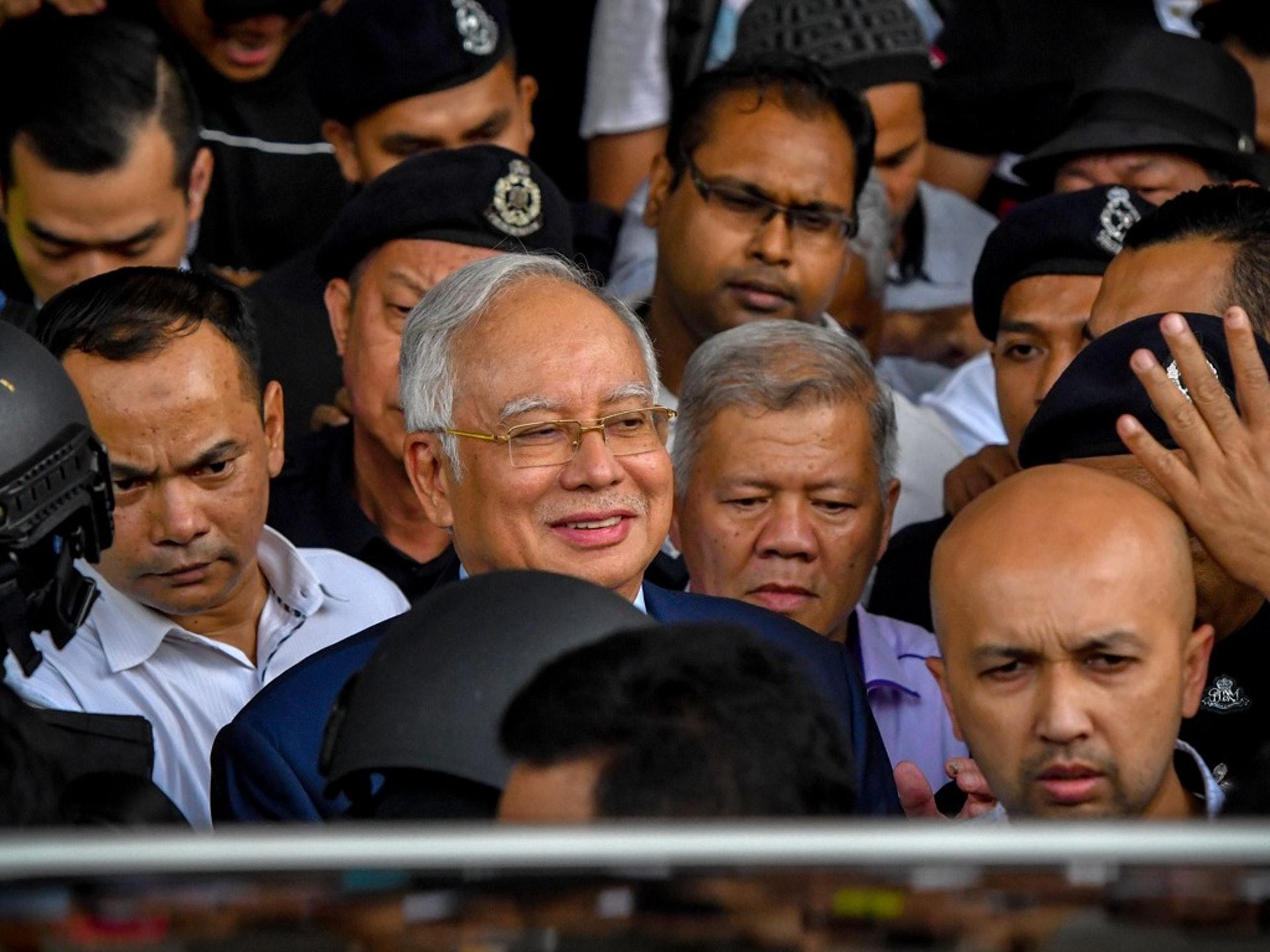 失勢的前總理納吉布(Najib Razak,中戴金絲眼鏡者)在馬哈蒂爾上台後一度遭遇打壓,但有情報顯示,隨着馬哈蒂爾與希望聯盟決裂,並與巫統等黨團複合,納吉布所面臨的大環境似乎也有好轉的迹象。(新華社)