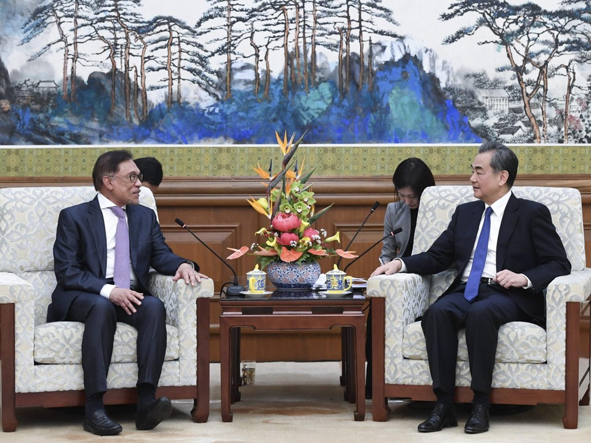 安華(左)在2018年大選勝利後總算也可以揚眉吐氣地前往國外出訪,但遺憾的是,他似乎終究得不到本應屬於他的總理寶座。圖為安華2018年10月訪華,並會見中國外長王毅。(新華社)