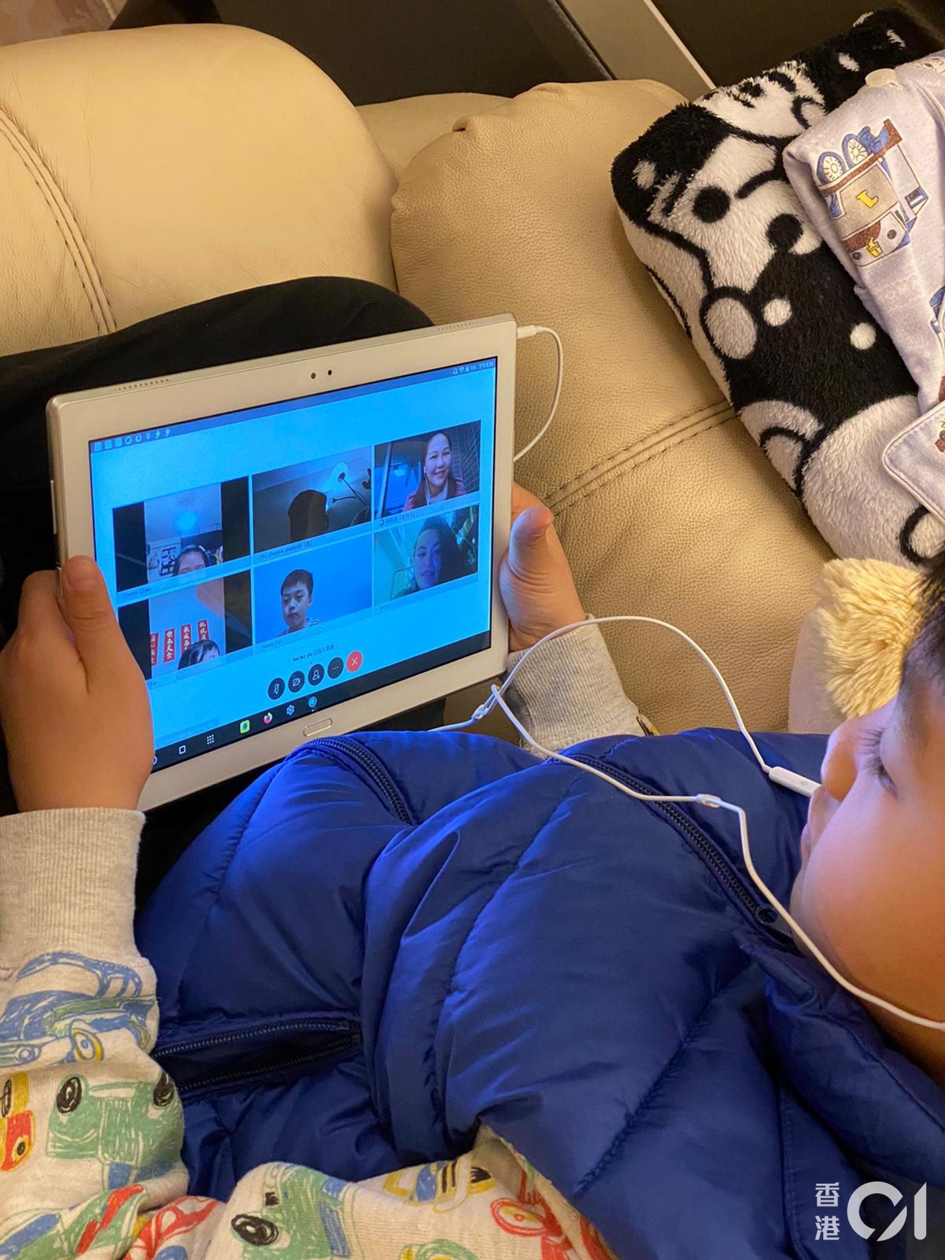 德萃小學學生利用時下流行的即時開會軟件進行網上教學(圖片由受訪者提供)