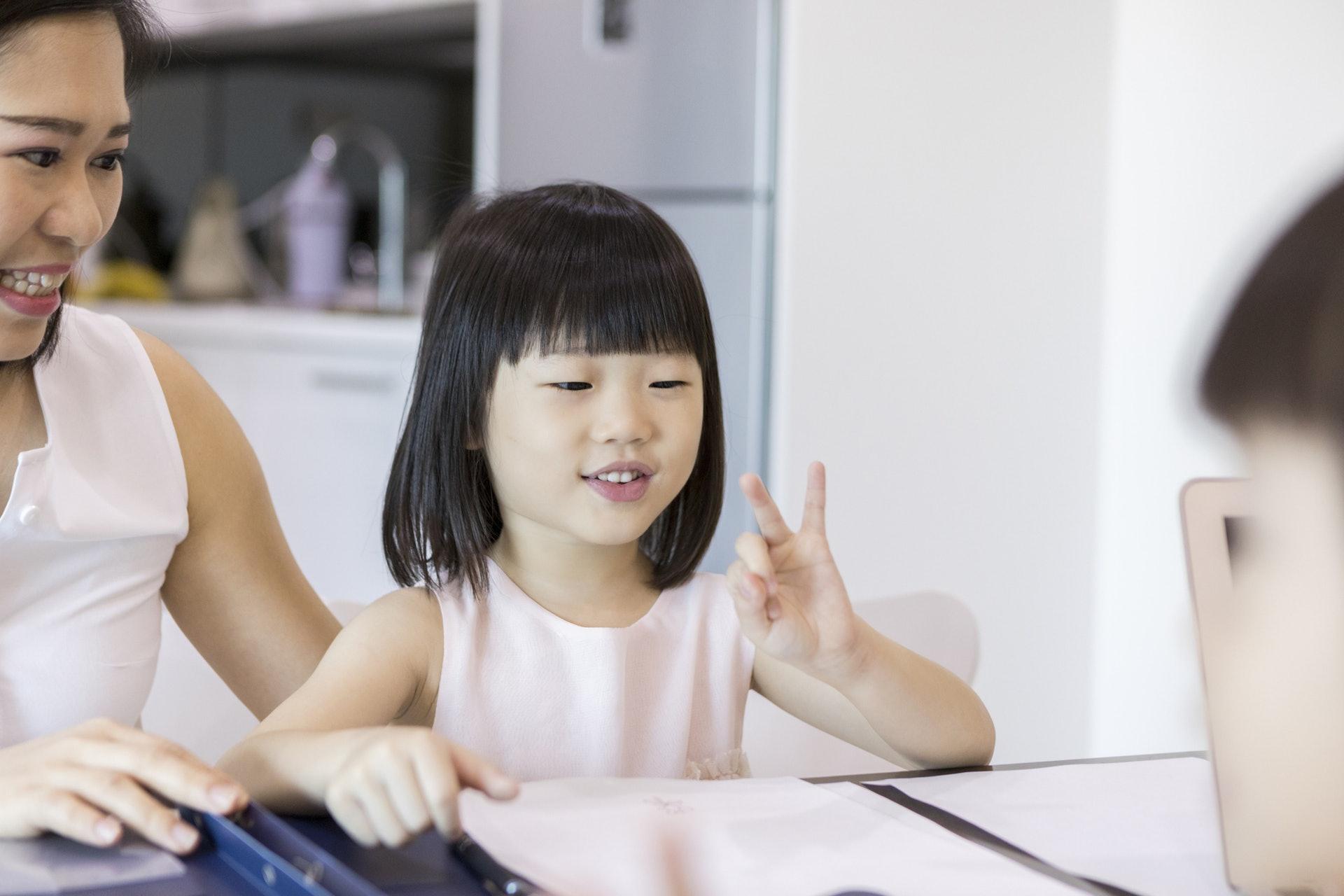 朱子穎建議小朋友電腦螢光幕不要背向照顧者。(getty images)