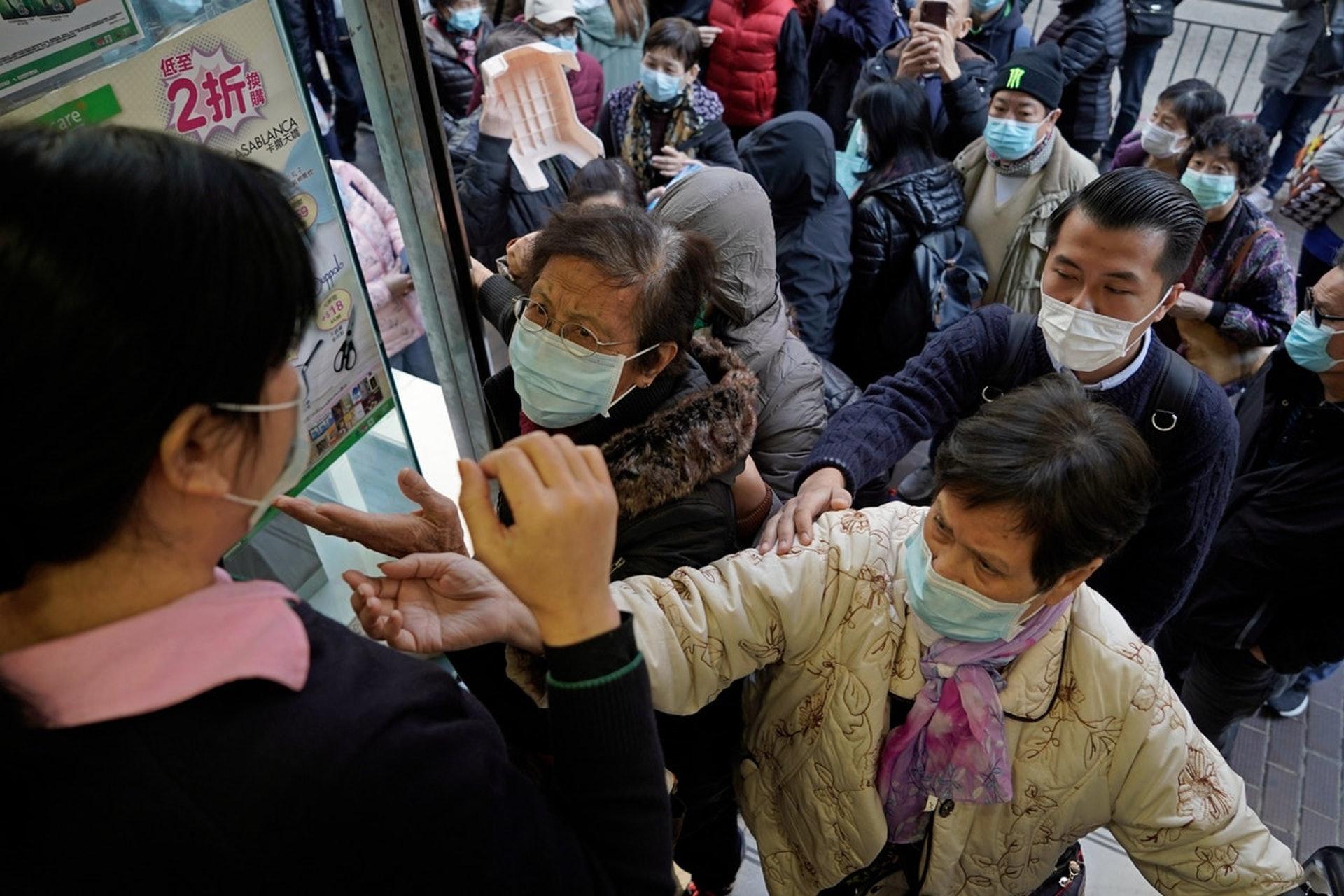 疫情也帶來恐懼,台灣民眾紛紛瘋搶口罩,也成為政府分配的難題。(AP)