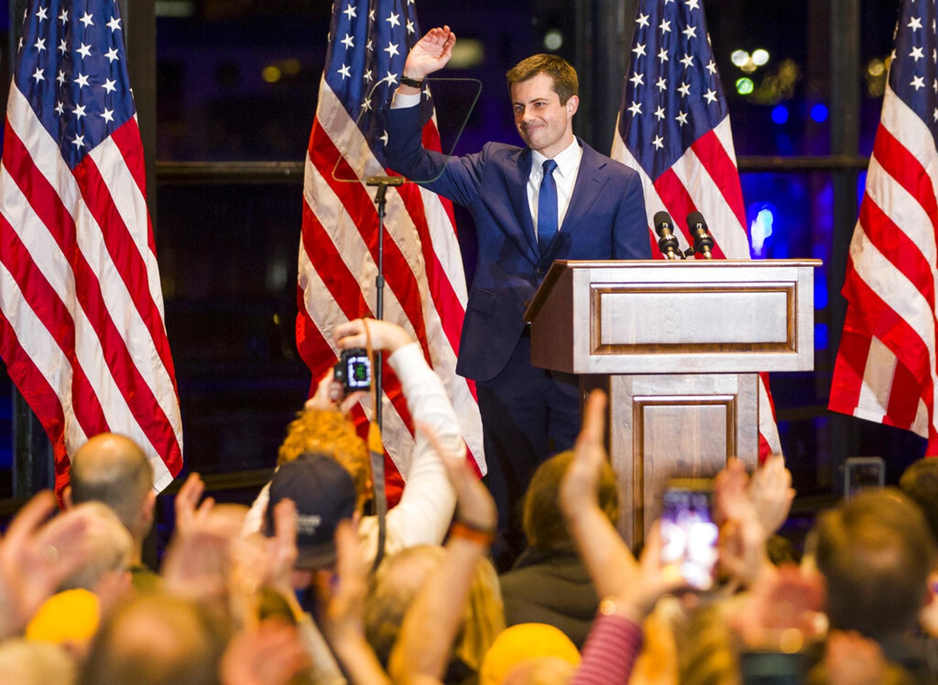 美國大選:民主黨總統參選人、印第安納州南本德市前市長布蒂吉格3月1日在南本德發表演講,期間向台下的支持者揮手。(AP)