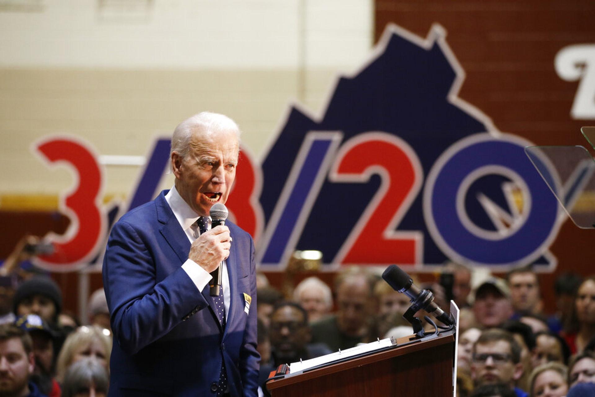 美國大選:圖為3月1日,民主黨總統參選人、前副總統拜登在弗吉尼亞州諾福克出席競選集會,期間發表演講。(AP)