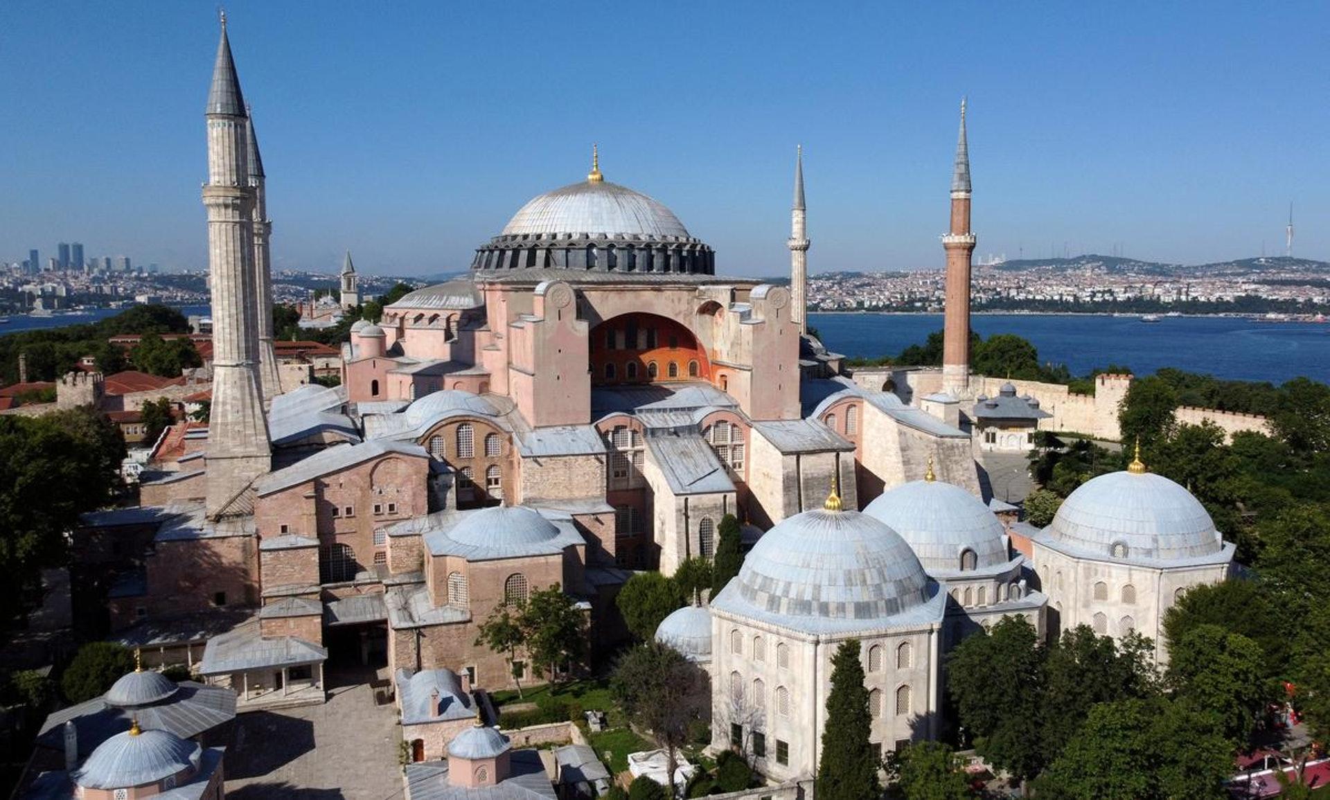 2020年7月10日,土耳其最高行政法院宣布废除1934年的内阁法令,终结了圣索非亚(Hagia Sophia)86年的博物馆岁月。土耳其总统埃尔多安(Recep Tayyip Erdoğan)随后也签发总统令,恢复了圣索非亚过往长达482年的清真寺地位。(Reuters)