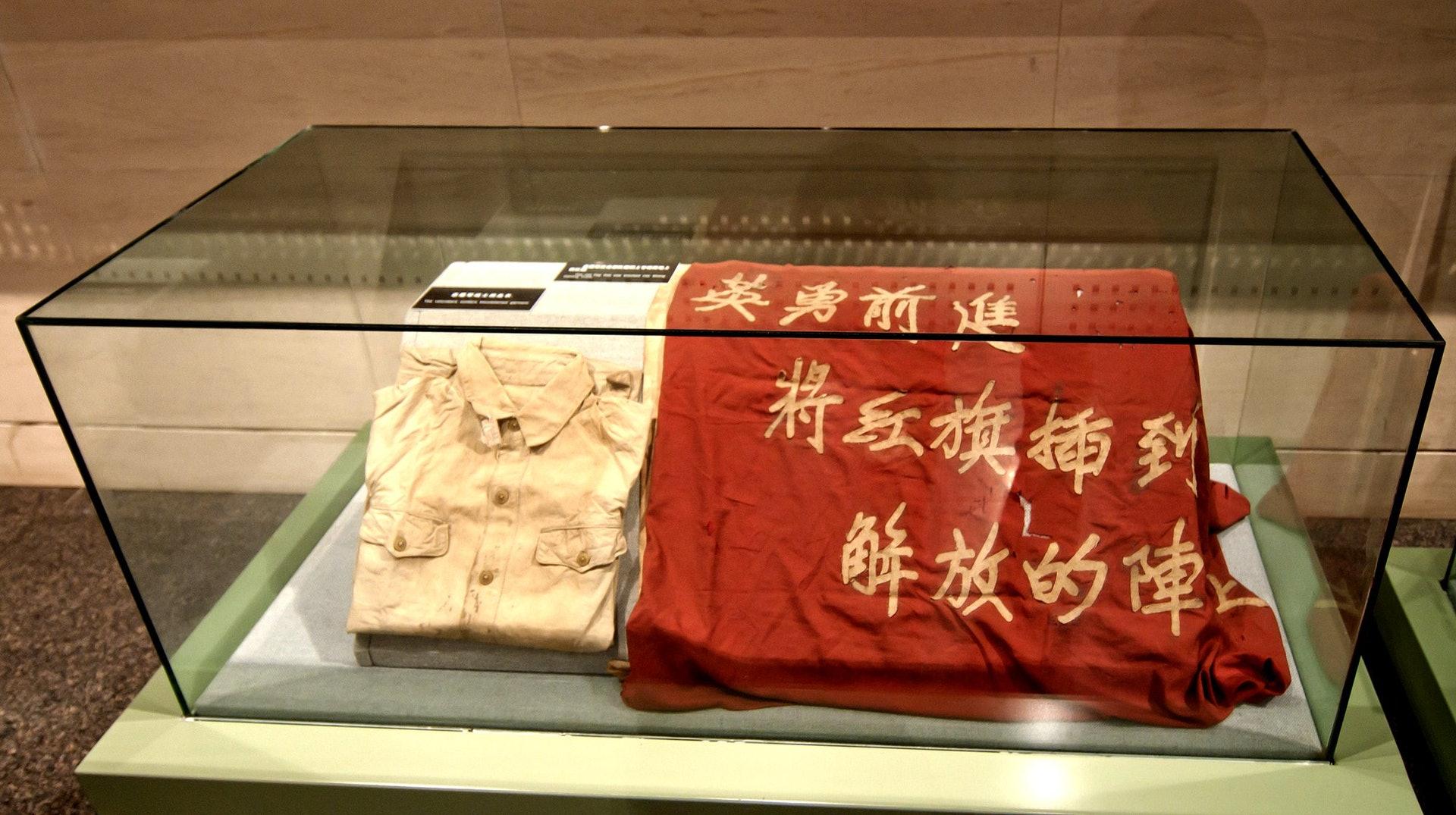 图为辽宁丹东抗美援朝纪念馆展出当年中国志愿军的血衣和战旗。 (视觉中国)