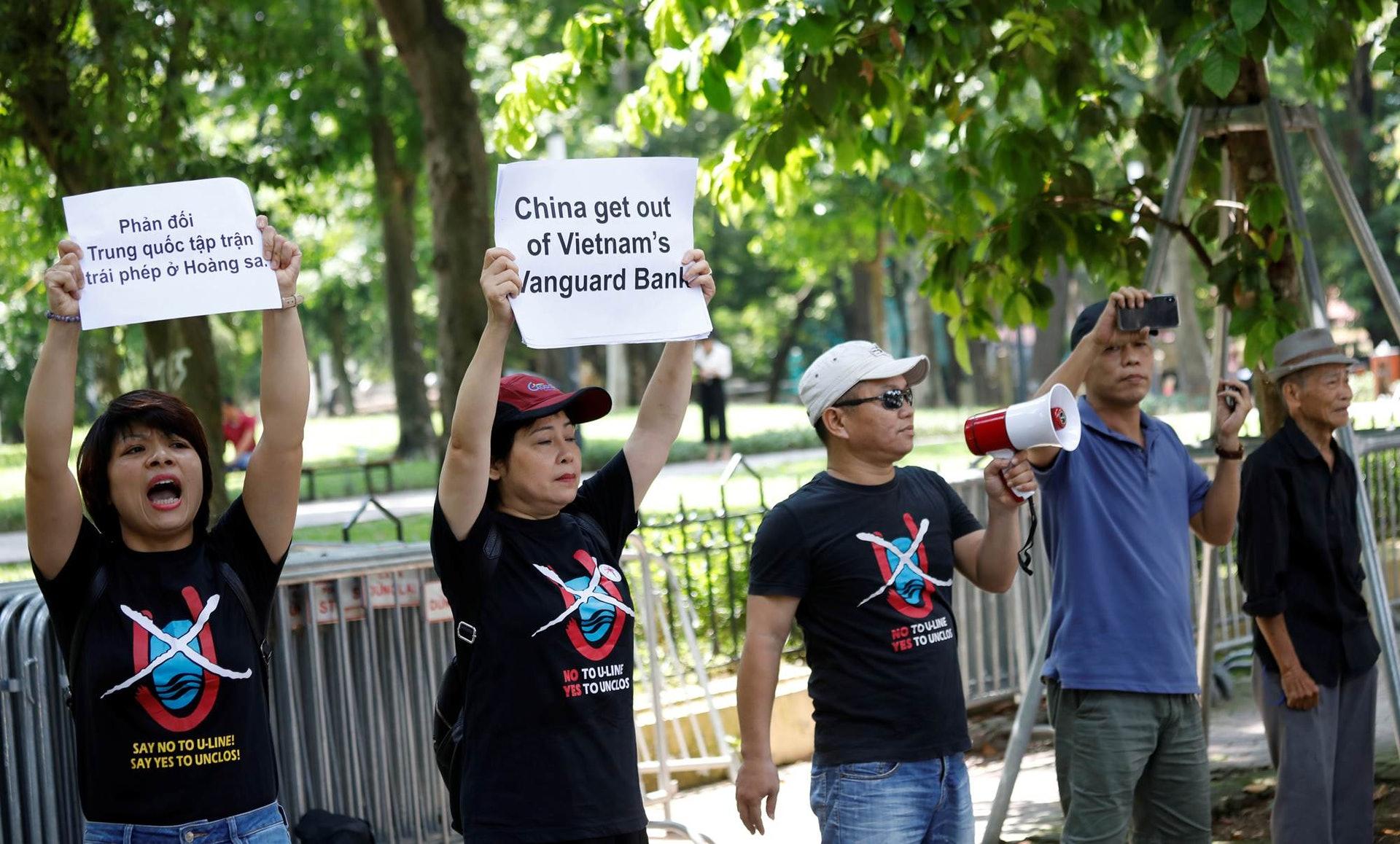 在2019年,阮氏介入的「No-U」組織曾參加了一次專為外媒記者準備的示威活動,當天,約8人前往中國駐越南大使館門前快閃,路透社等媒體記者隨即抓拍,雖然警方出面將其驅離,但照片已經成功發佈。(路透社)