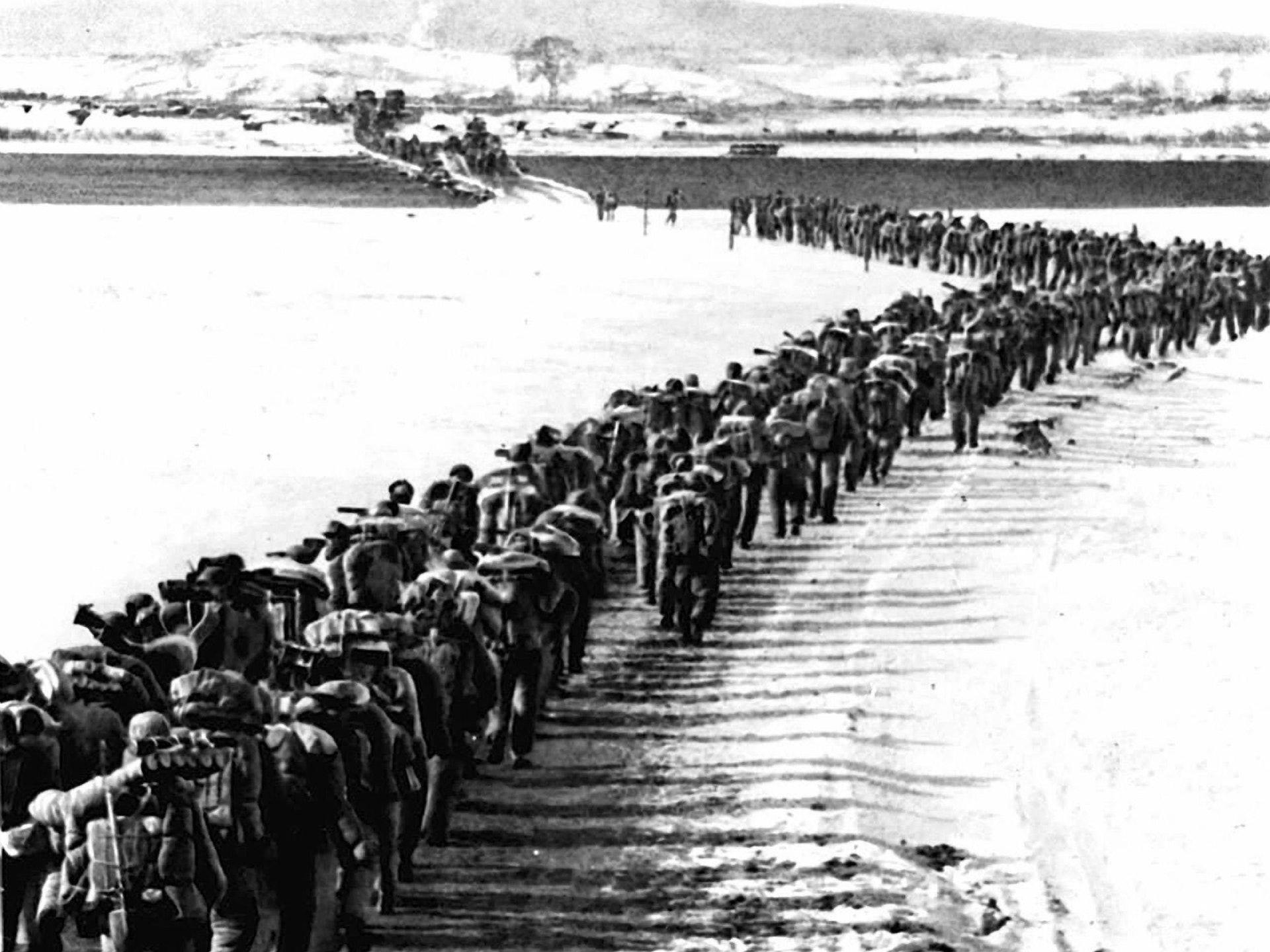 图为1950年10月14日 ,辽宁丹东,第十五野战军第119师第334团过鸭绿江的场景。(Getty )
