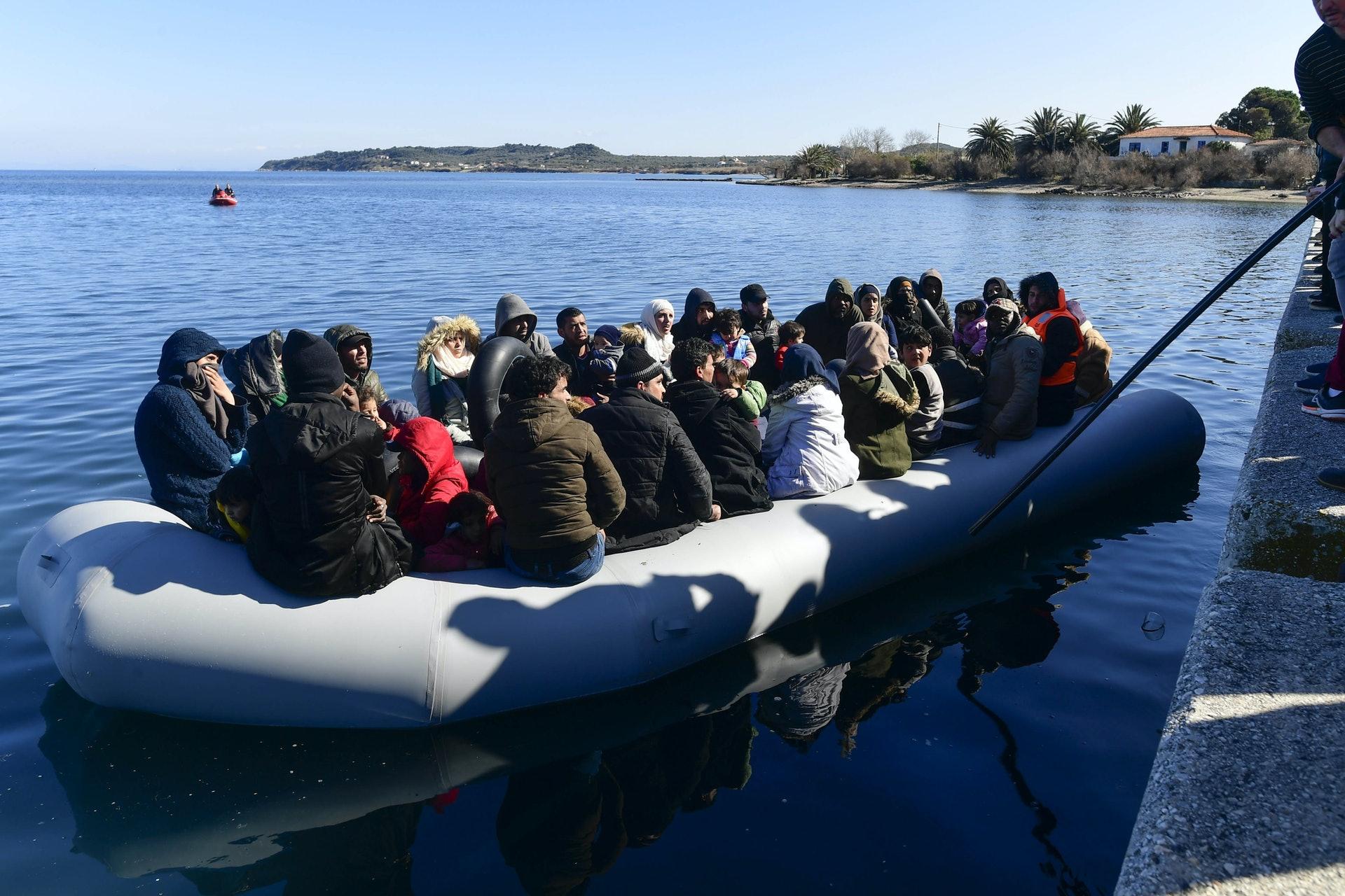 2020年3月1日,在土耳其埃迪尔内省,难民和非法移民在靠近土耳其与希腊边境的地方聚集。(AP)