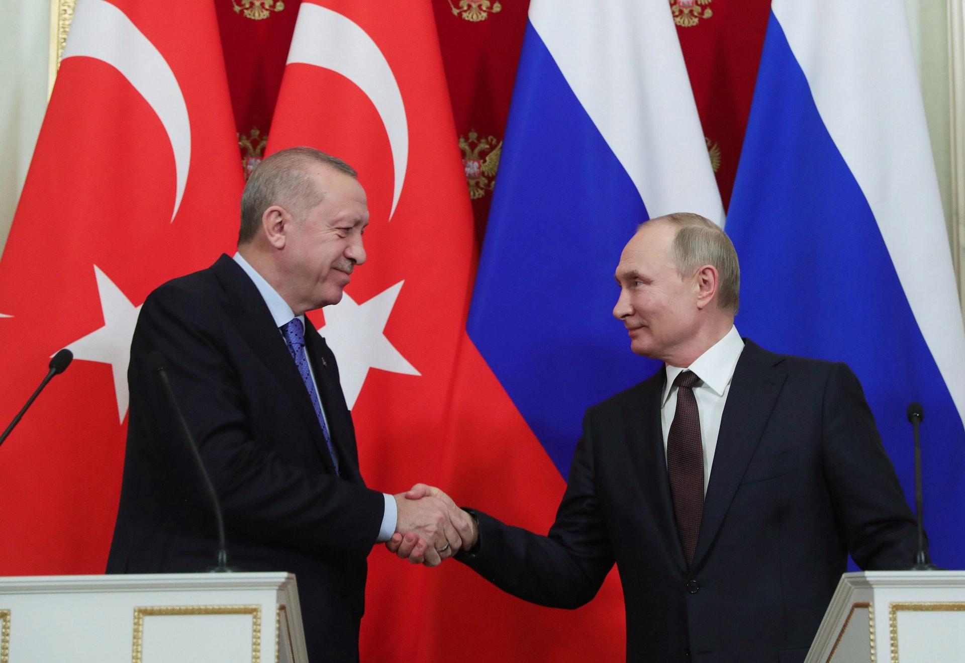 2020年3月5日,周四,俄罗斯总统弗拉基米尔·普京(右)和土耳其总统雷杰普·塔伊普·埃尔多安在克里姆林宫举行了6个小时的会谈后,举行了联合新闻发佈会。(AP)