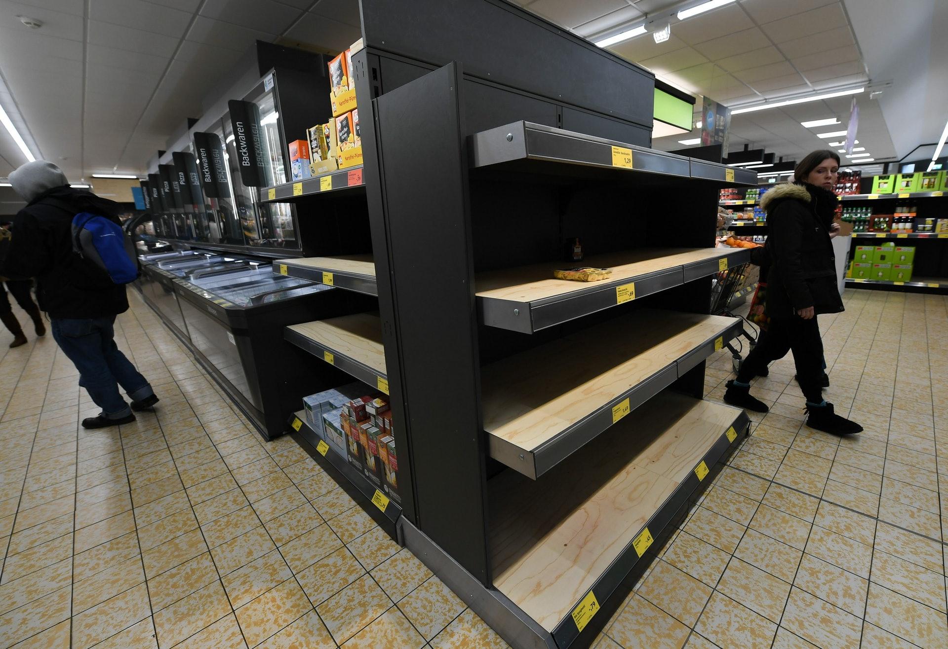 德國民眾甚至認為特朗普比新冠肺炎更可怕。圖為2020年3月9日,德國爆發新冠肺炎疫情期間,法蘭克福一家超市貨架空空蕩蕩。(新華社)