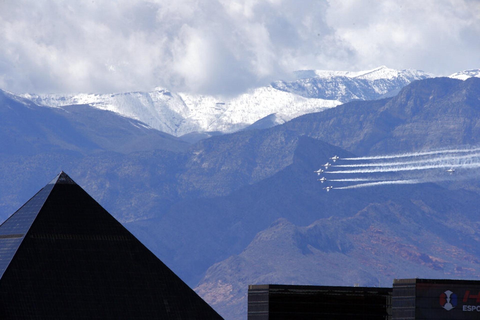 美國新冠肺炎疫情:美國空軍雷鳥飛行表演隊4月11日在拉斯維加斯進行飛行表演,以此顯示他們對前線醫護人員和急救人員的支持。(AP)