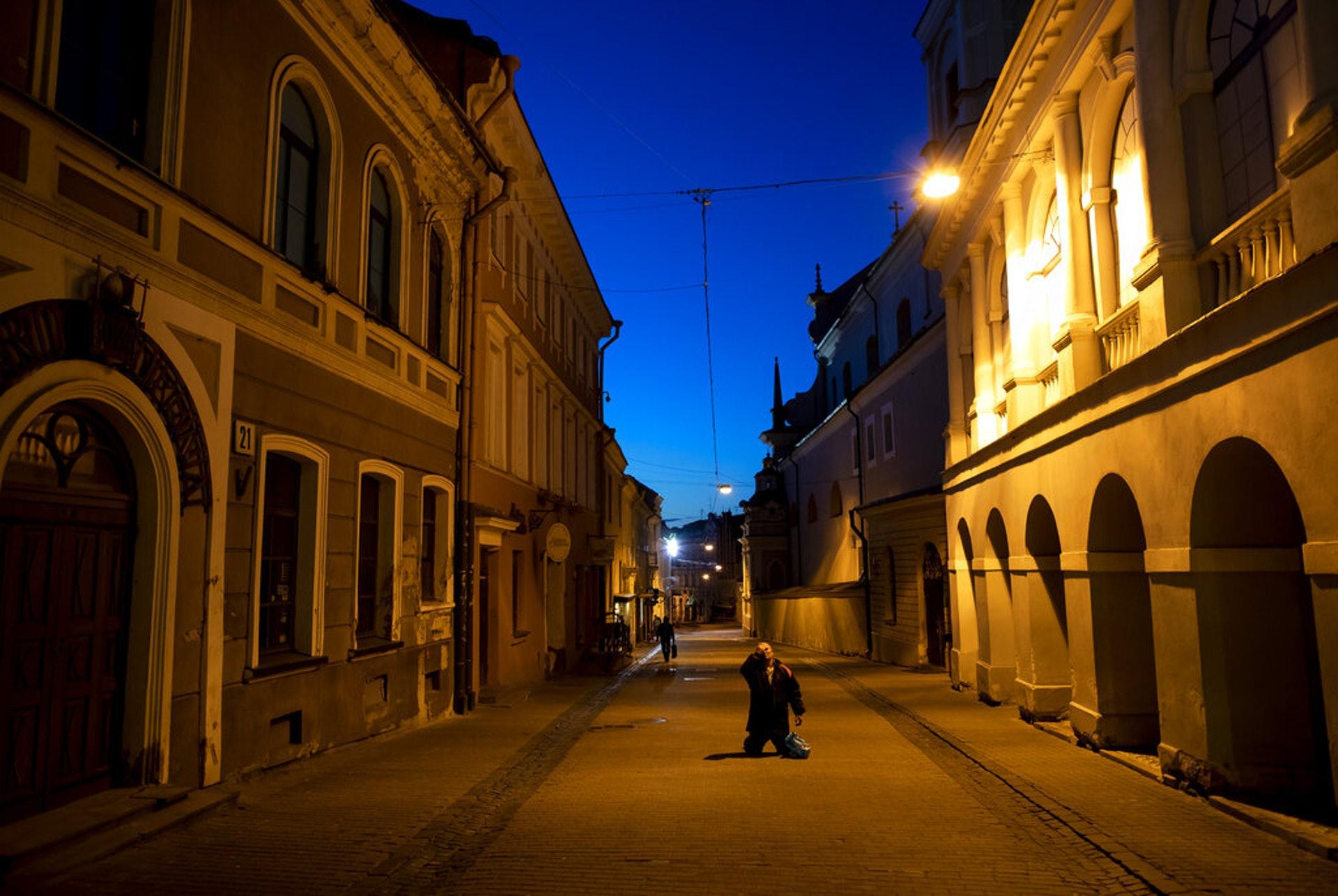 立陶宛新冠肺炎疫情:圖為4月11日,一名信徒在維爾紐斯一間教堂附近的街道祈禱。(AP)