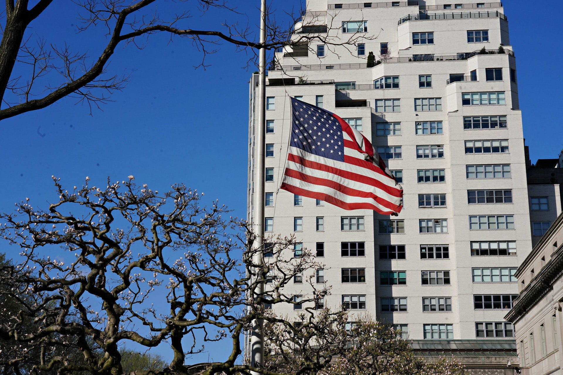 """New Coronary Pneumonia: Washington is studying the issuance of """"immunization certificates"""" to Americans with viral antibodies to restart the economy.  The picture shows an American flag waving in New York on April 11.  (Getty)"""