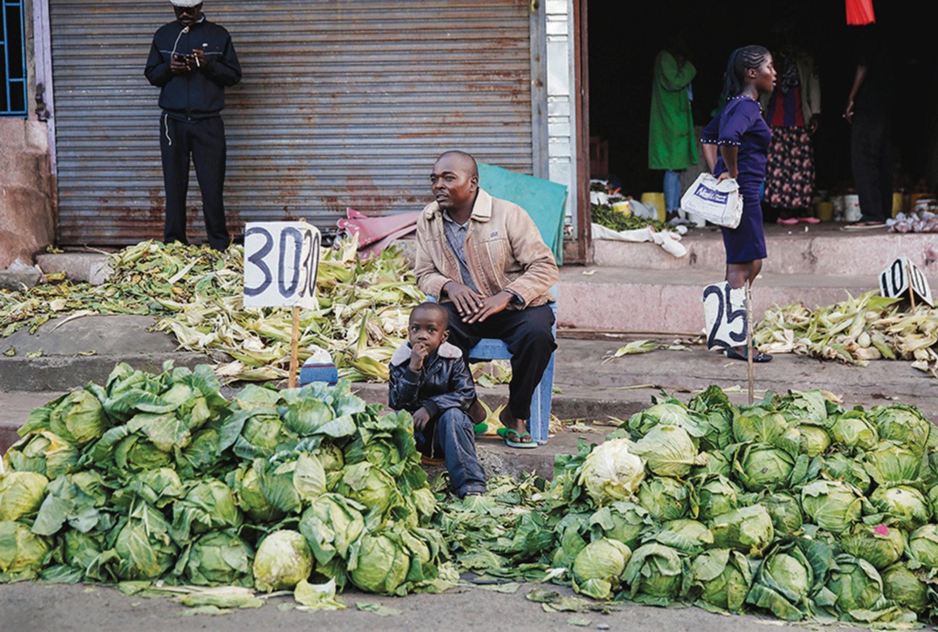 在肯尼亞首都內羅畢,農貿市場因疫情關閉,商人唯有把蔬菜放在路邊售賣。(美聯社)