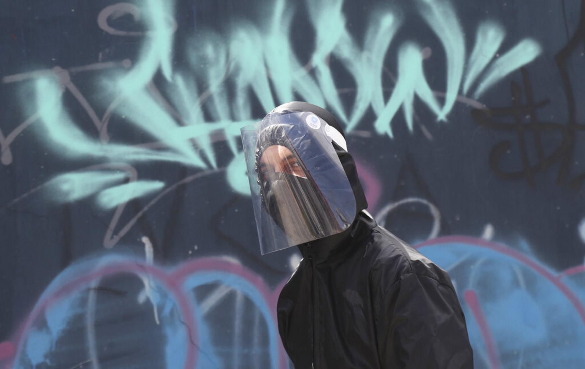 厄瓜多爾新冠疫情:圖為5月11日一名男子走在厄瓜多爾首都基多的街道上。(AP)