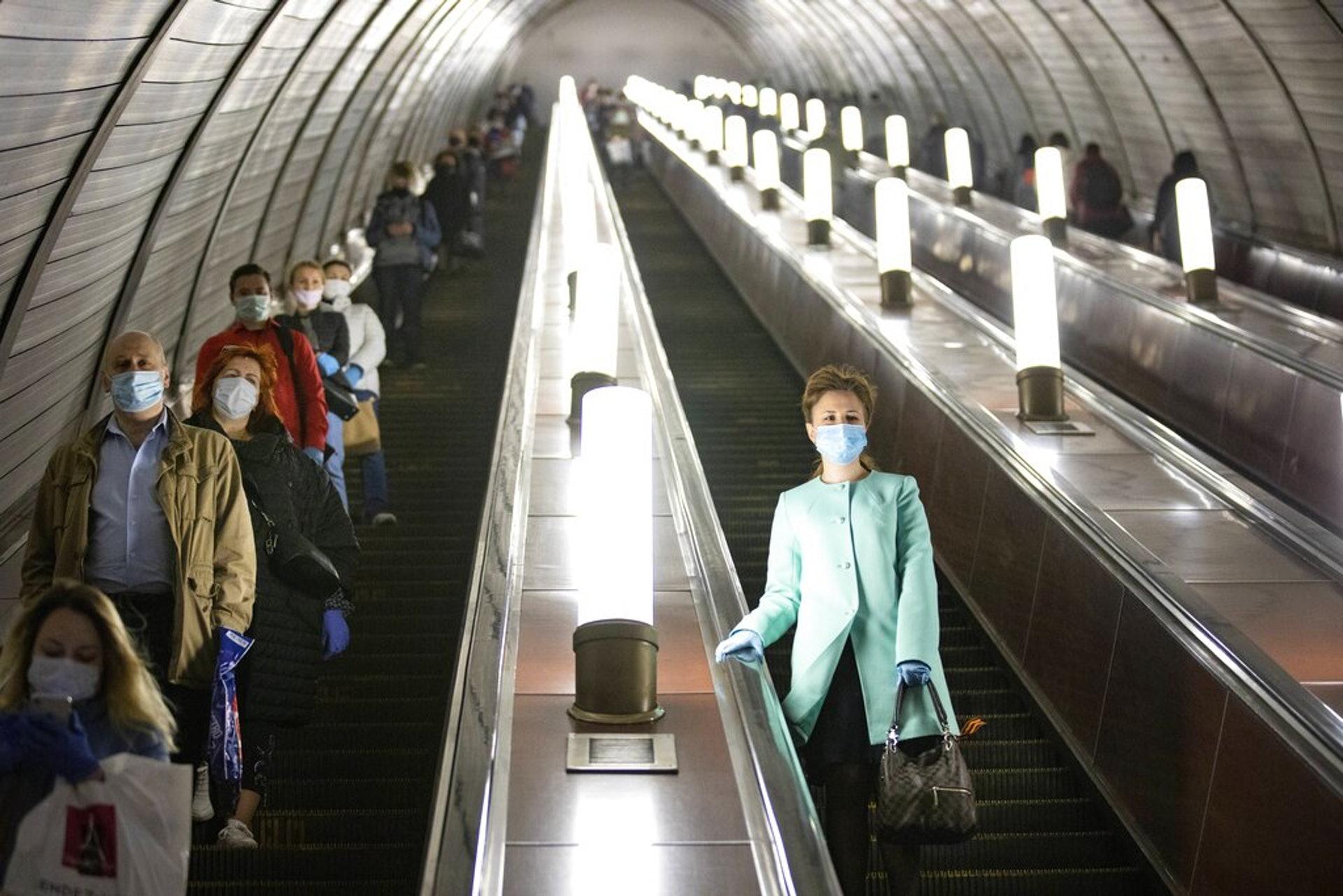 俄羅斯新冠肺炎疫情:圖為5月12日俄羅斯莫斯科的途人在使用地鐵扶手電梯。(AP)