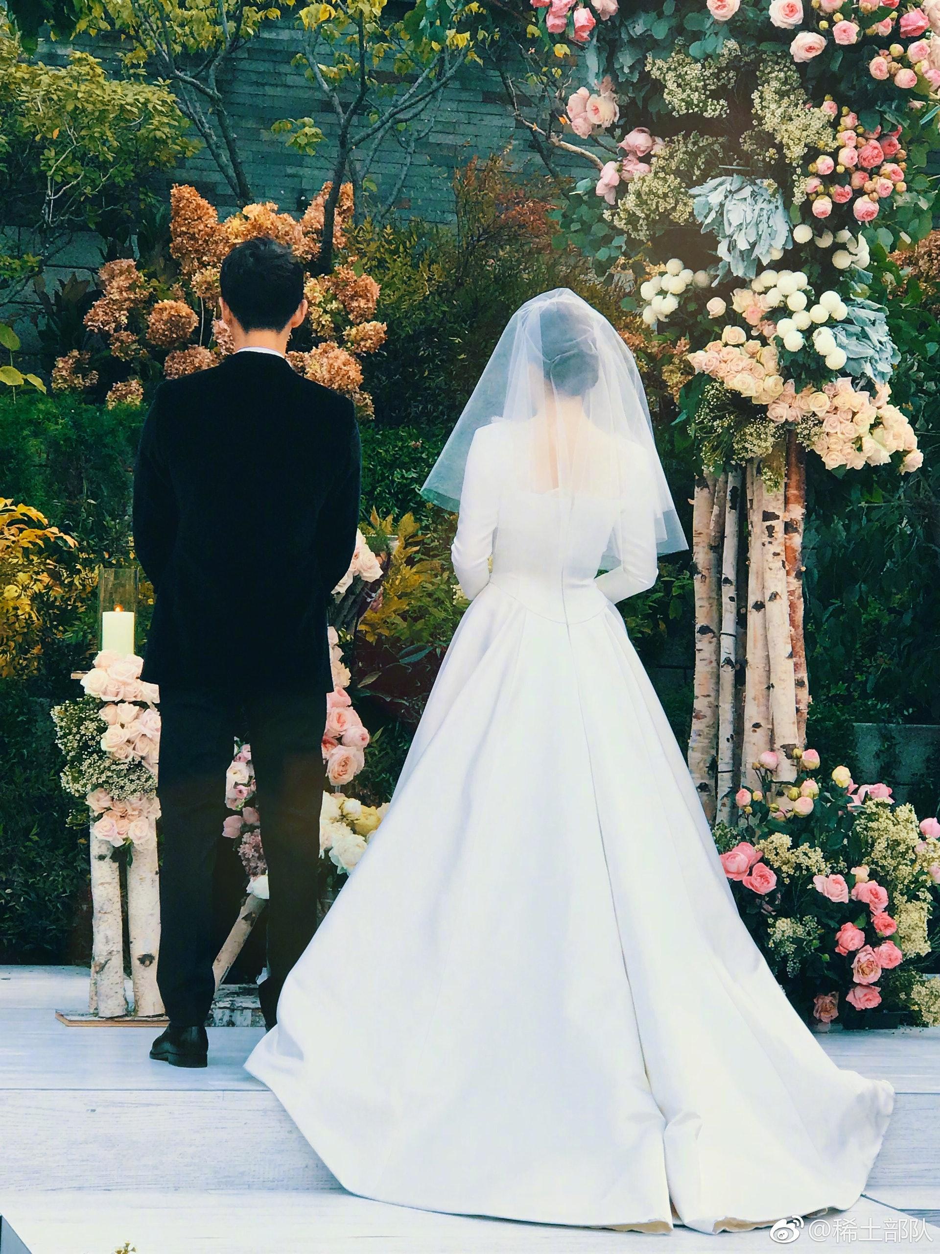 喬妹嘅婚紗以高腰拖尾設計,用上鍛面挺身質感更顯華麗。(章子怡微博)