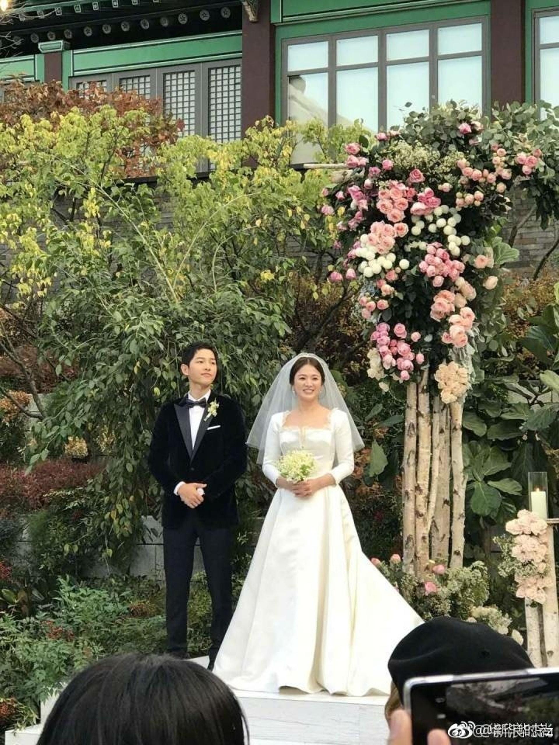 宋慧喬著上緞面長袖婚紗配以中短款式頭紗,高貴優雅。(資料圖片)