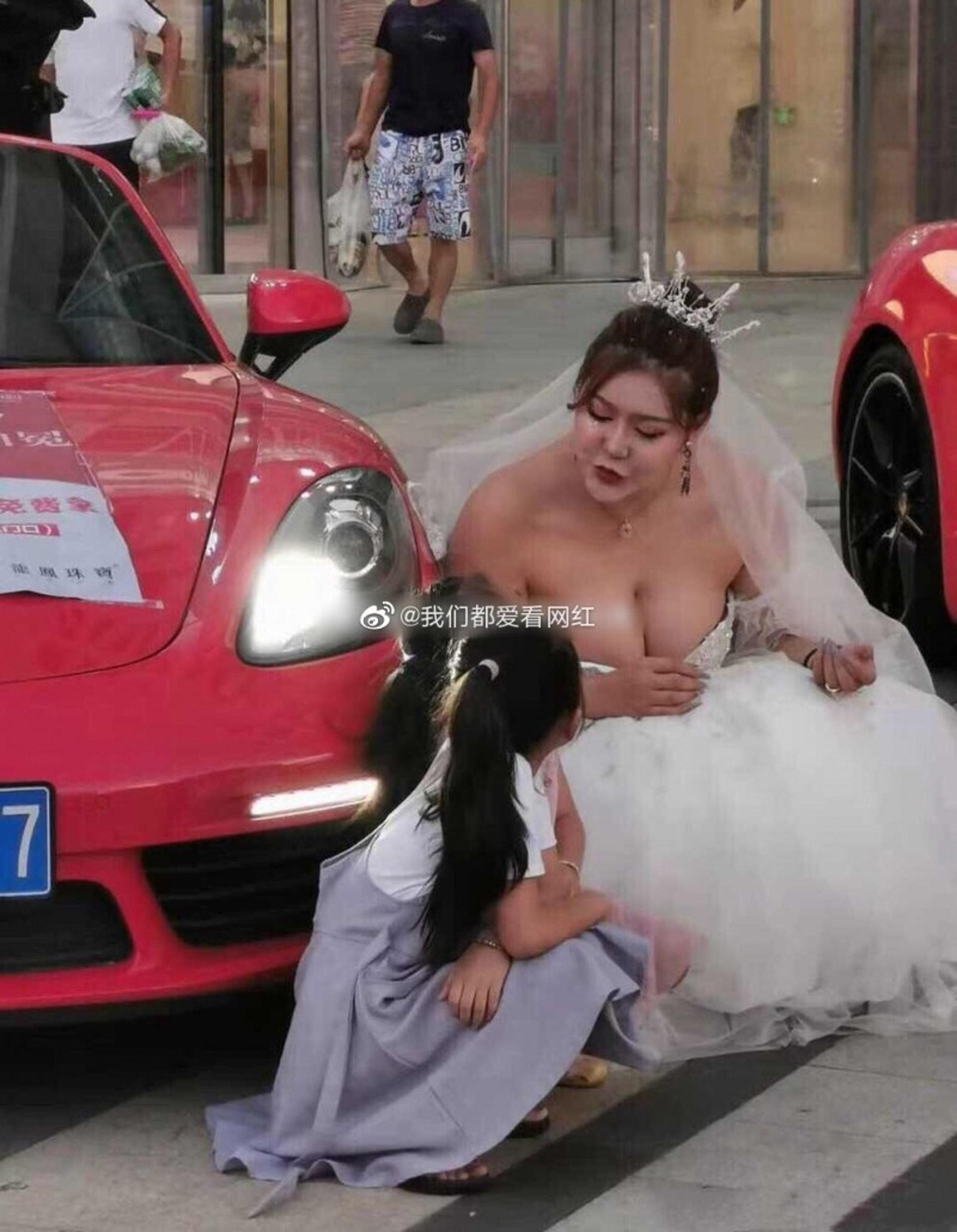 衡丹妮去年的婚紗美照,一樣被路人踢爆真身。(微博圖片)