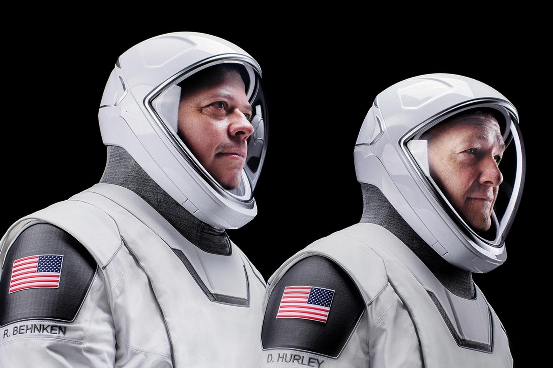 Bob Behnken及Doug Hurley所穿的太空衣的外觀設計出自荷里活著名服裝設計師Jose Fernadez之手(圖片來源:SpaceX)