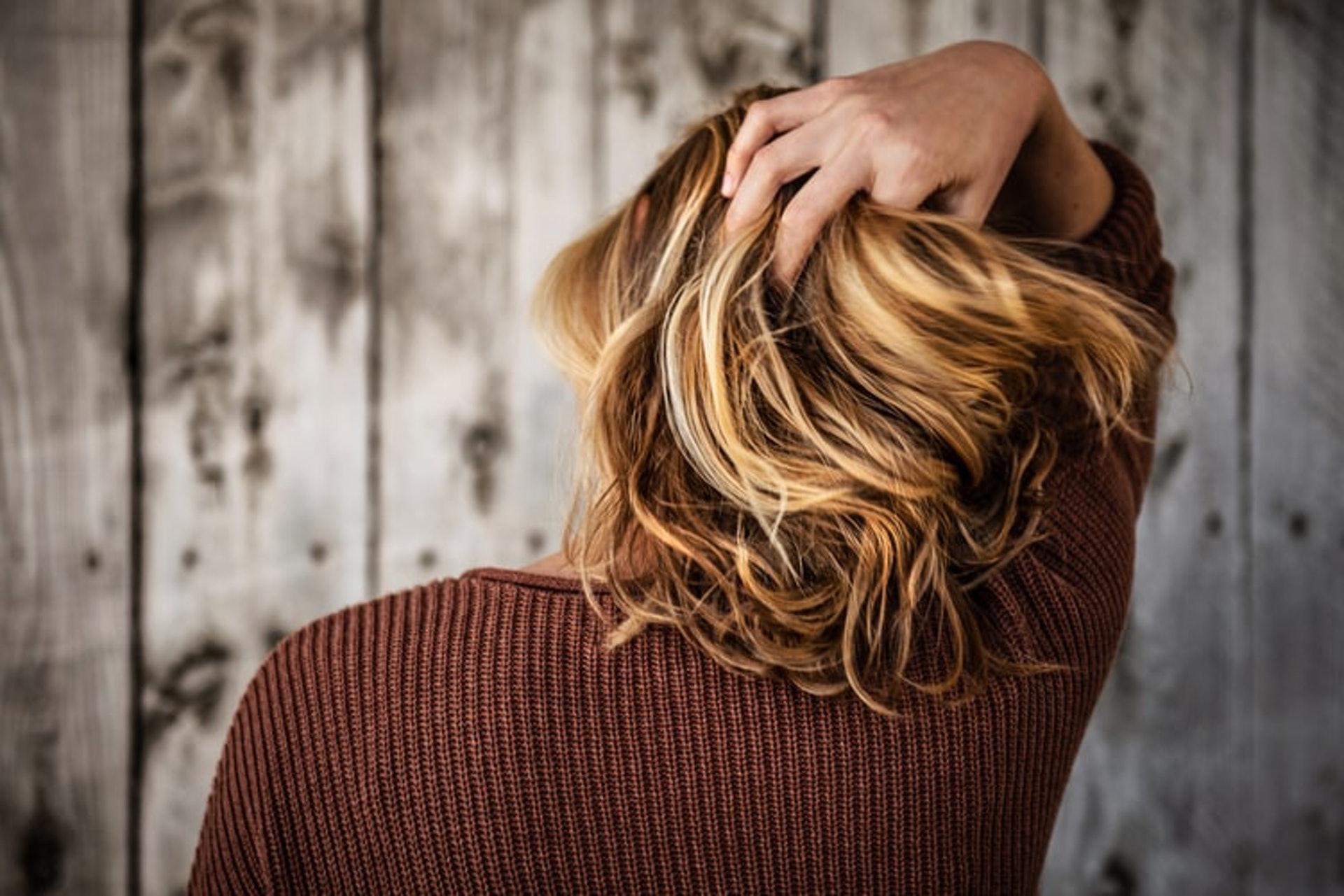 老化會出現脫髮問題,令頭髮變得稀疏。(Unsplash/Tim Mossholder)