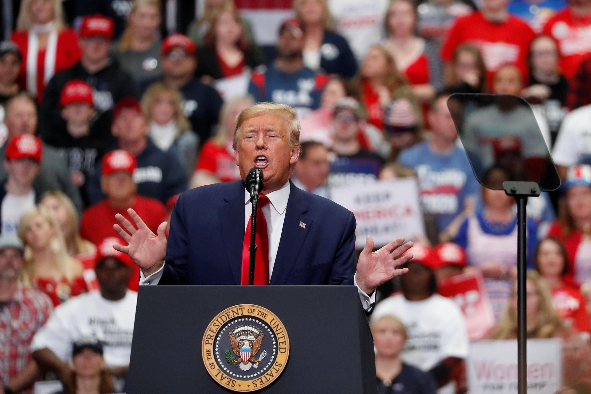 美國大選:美國總統特朗普6月12日宣布把疫情後首場競選集會的舉行日期延後1天。圖為他3月2日在北卡羅來納州夏洛特出席競選集會。(Reuters)