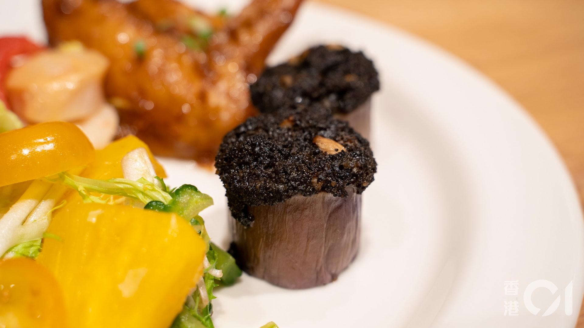 冷盤方面,烤雜菌配半風乾番茄酸酸甜甜的,很開胃。芝麻醬拌菠菜冬菇則混合多種蔬菜,口感層次豐富。