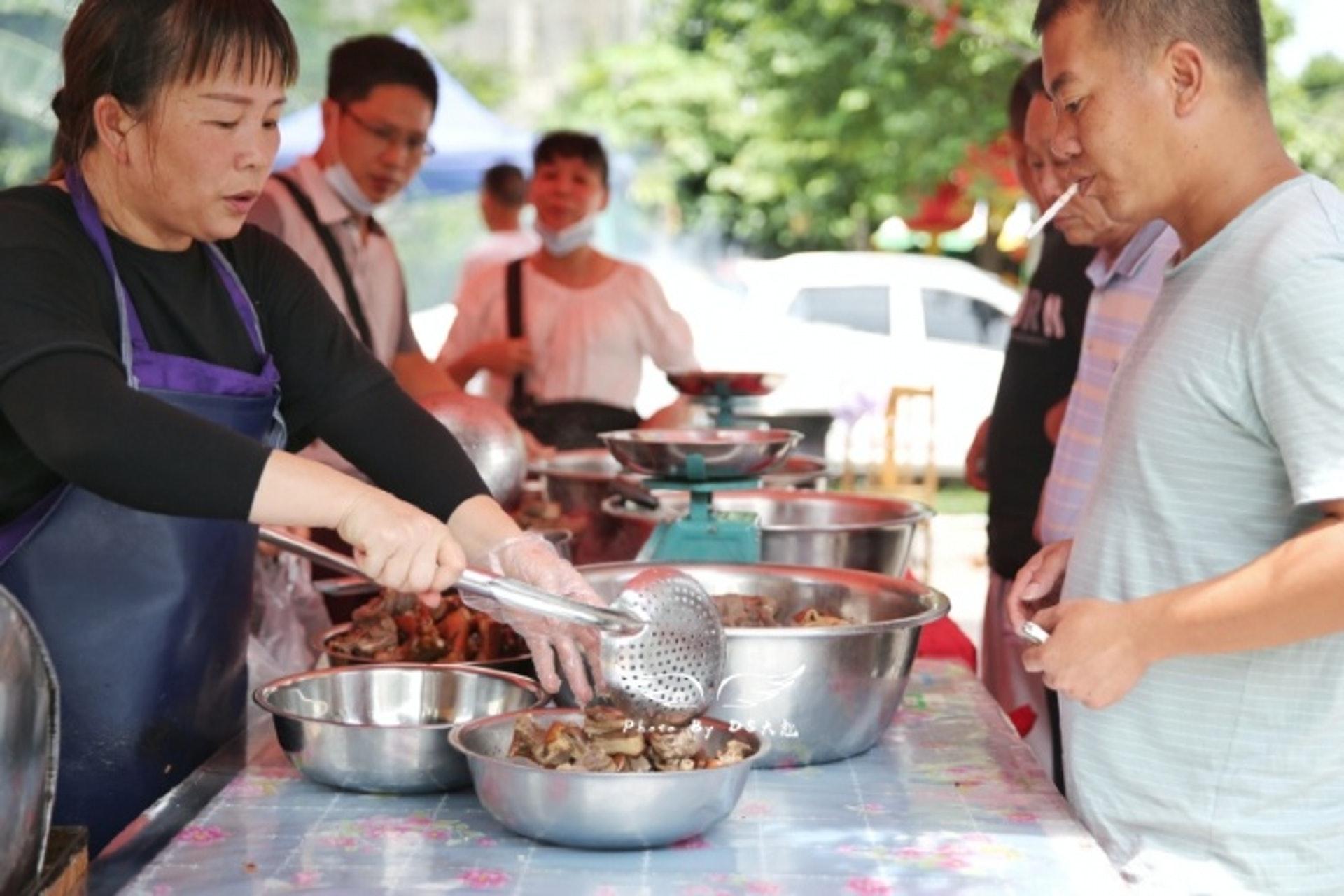 天氣酷熱,就連食客也把口罩拉了下來,但這對防疫來說很不利。(微博)