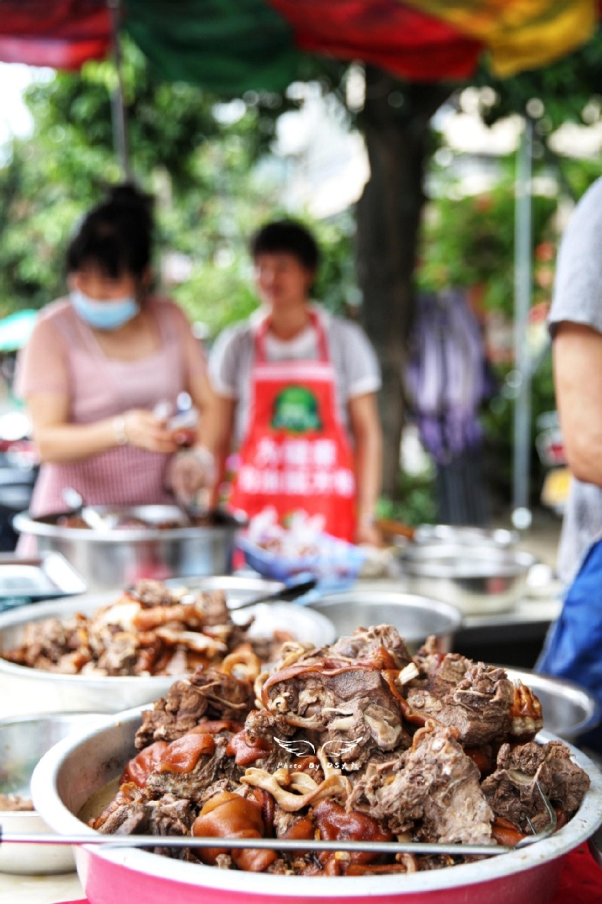 一堆堆烹調好的狗肉,就在烈日下曬着。(微博)